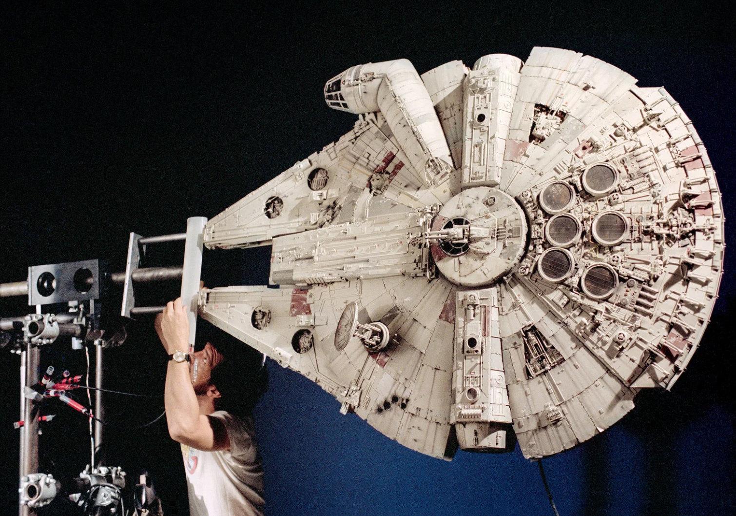 «Звездные войны» (1977): Ричард Эдлунд готовит модель «Тысячелетнего сокола» длясъемки камерой Dykstraflex. Вот что рассказывает создатель модели Лорн Петерсон: Нам нужно было привести кабину вдвижение — сделать так, чтобы она поворачивалась на90 градусов. Лукасу пришла вголову идея, что корабль будет двигаться как луна-рыба, приземляться ровно, но привзлете конструкция будет вращаться, а кабина останется неподвижной».