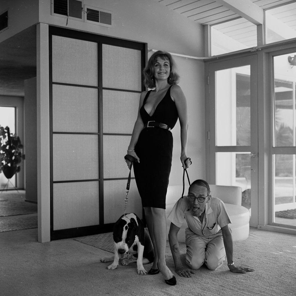 Актриса Барбара Хайнс позирует ссобакой иЭрлом Лифом вЛос-Анджелесе, штат Калифорния