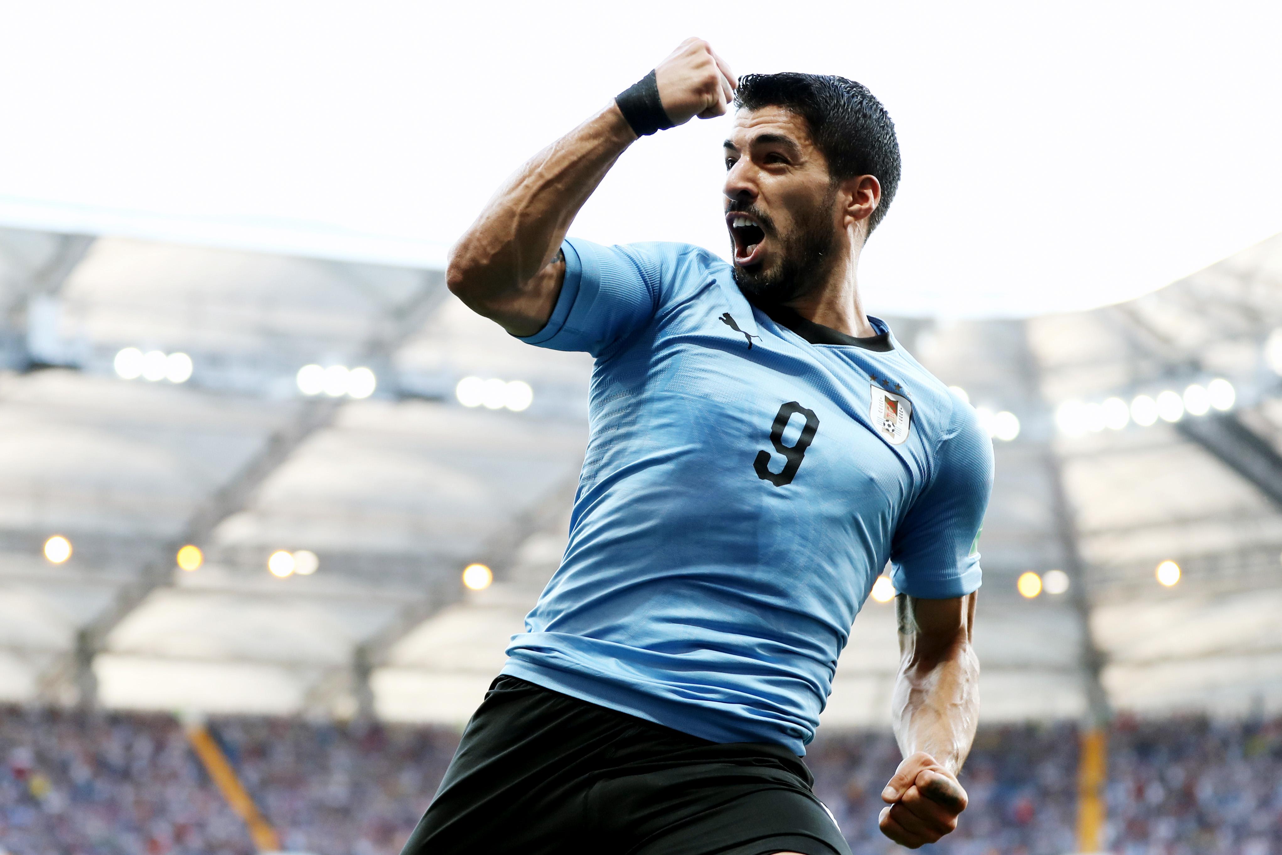 Нападающий сборной Уругвая Луис Суарес отмечает победный гол вворота Саудовской Аравии.