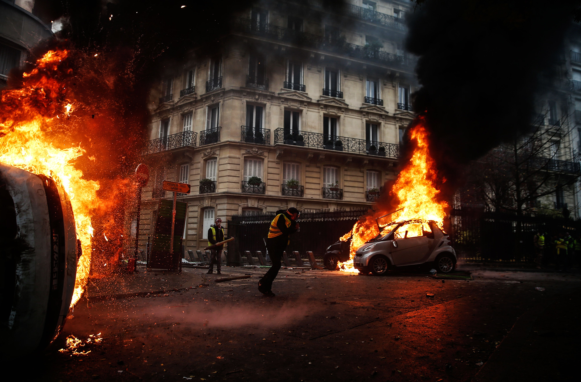 Протестующие поджигают машины