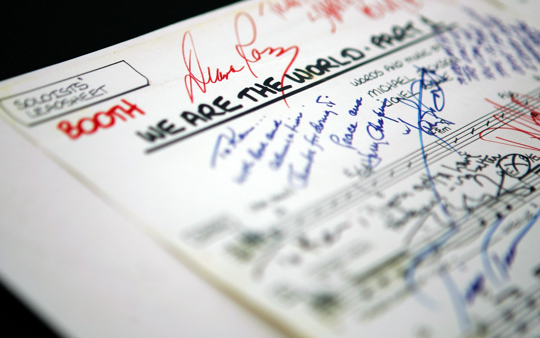 Ноты кWe are the World, подписанные Дайаной Росс иЛайоненем Ричи, навыставке вЛондоне, июь 2018 года