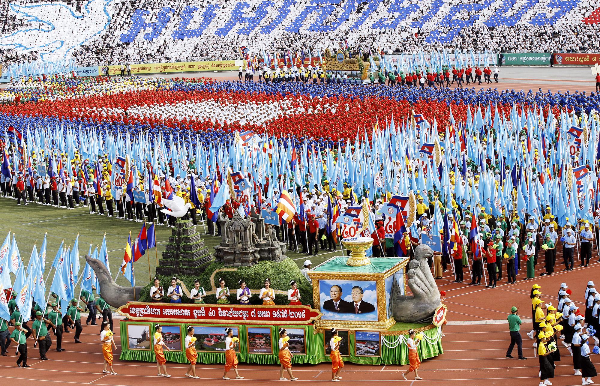 Камбоджийцы напараде победы вНациональном олимпийском стадионе вПномпене, Камбоджа. Вэтом году страна отмечает 40-летний юбилей со дня освобождения откровавого режима Красных кхмеров в1979 году, 7 января 2019