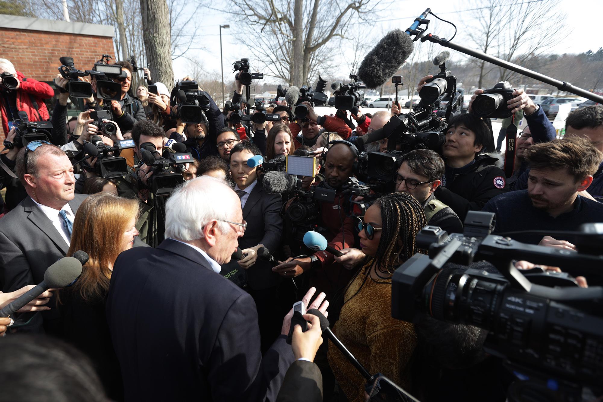 Берни Сандерс навстрече сжурналистами вВермонте, 3 марта 2020