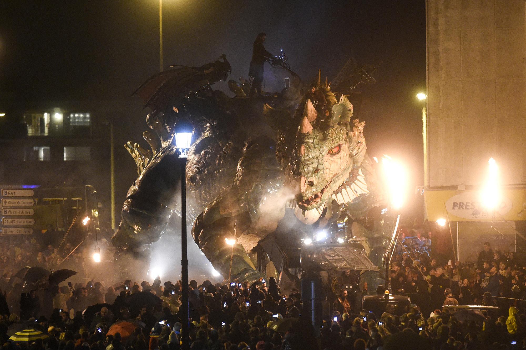 Французская арт-группа La Machine установила впортовом городе огромного механического дракона Le Dragon de Calais.