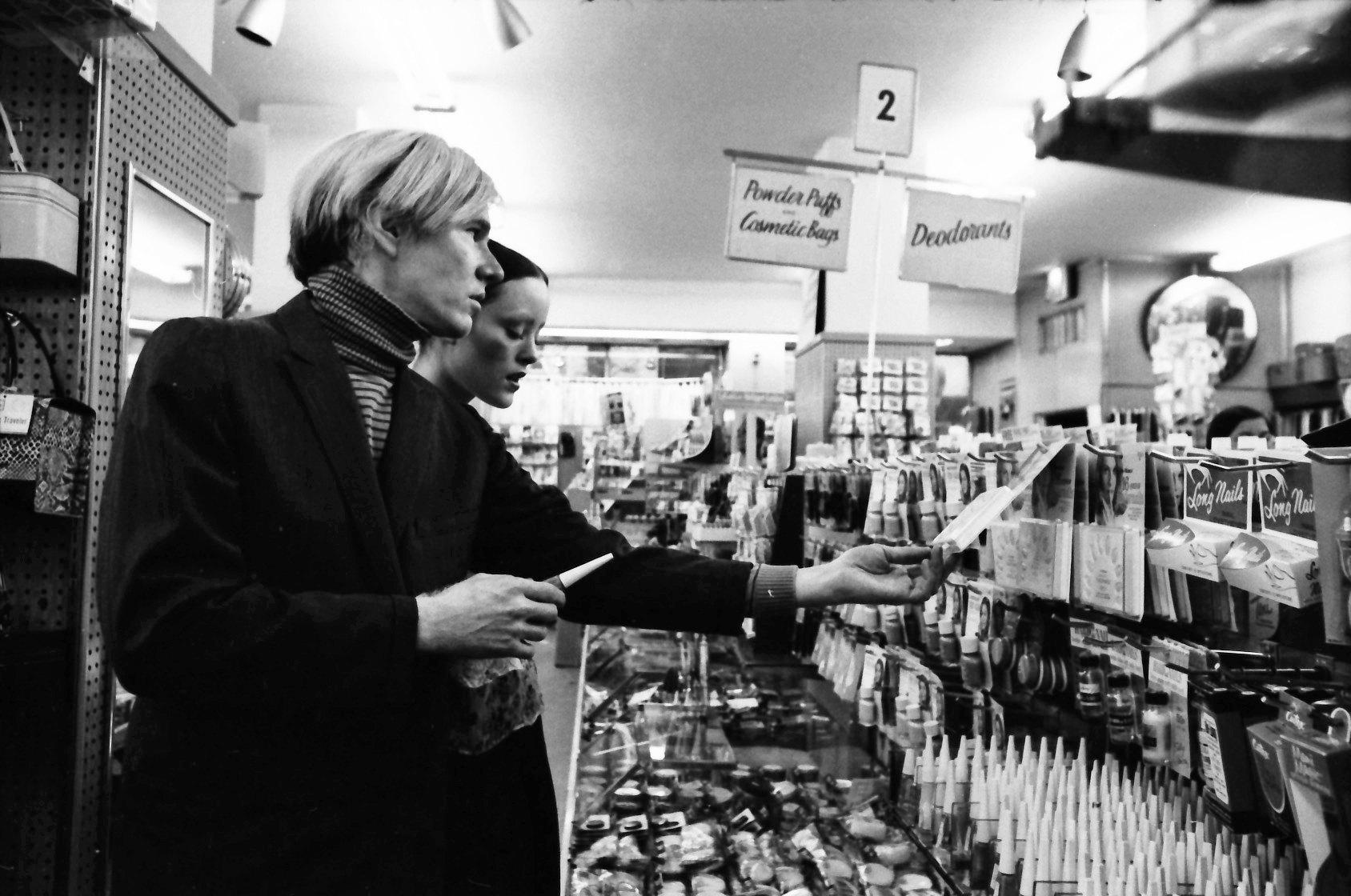 Энди Уорхол иДжейн ФОрт выбирают косметику ваптеке, 1970