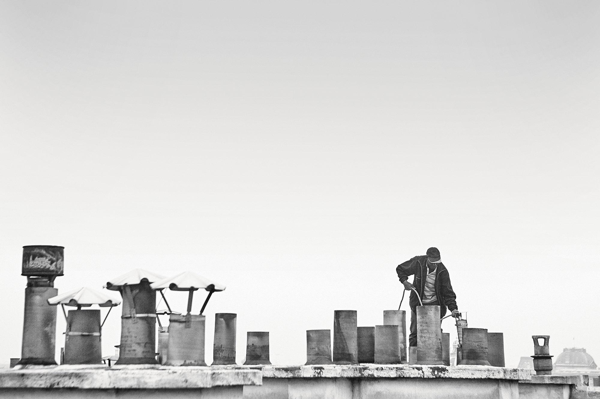 Трубочист накрыше, скоторой открывается вид набульвар Сен-Жермен, VI округ Парижа