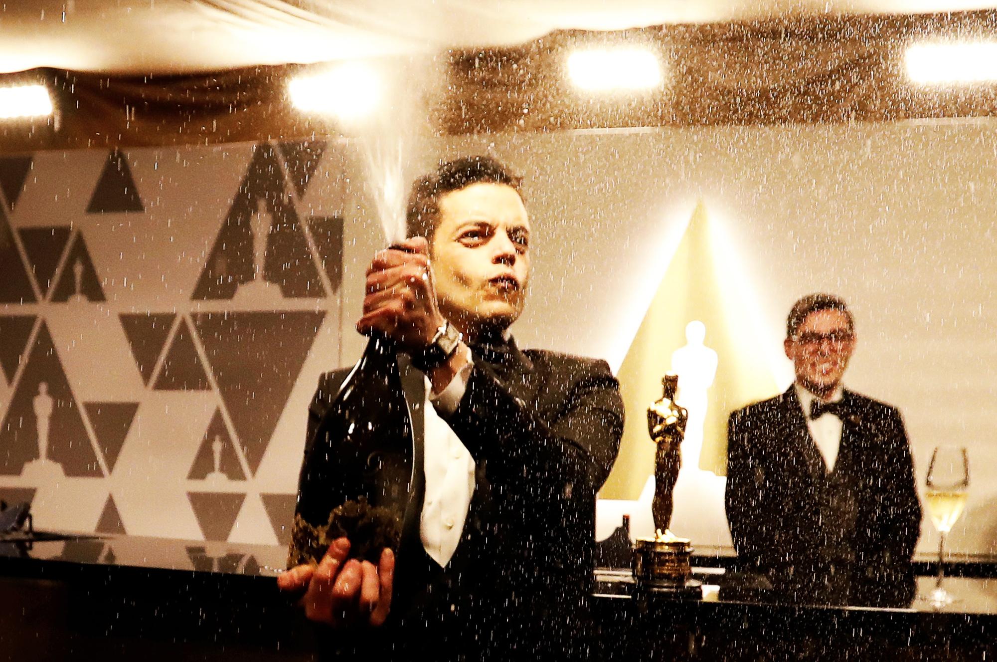 Рами Малек открывает бутылку шампанского, отмечая первый