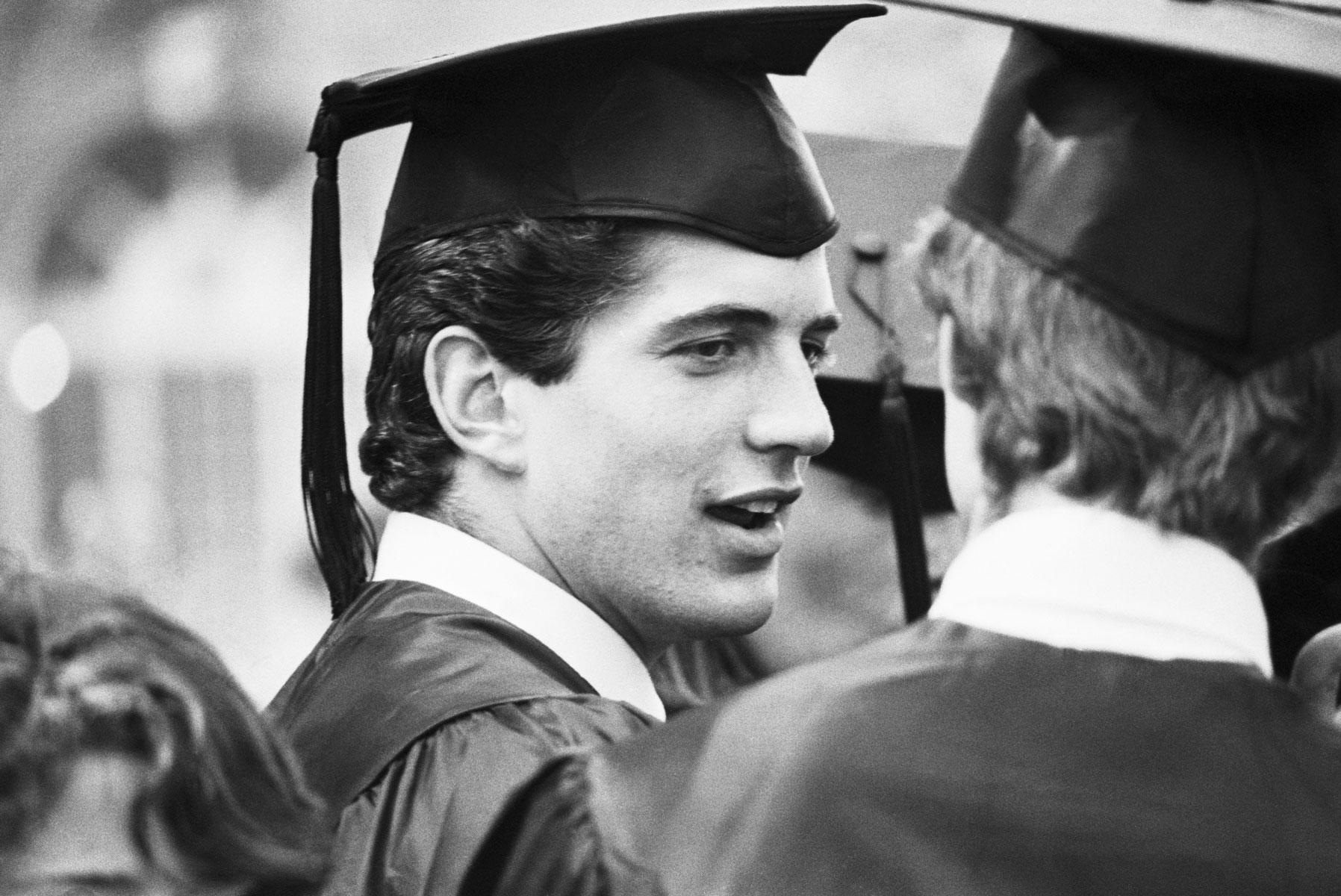 Кеннеди-младший получает диплом бакалавра