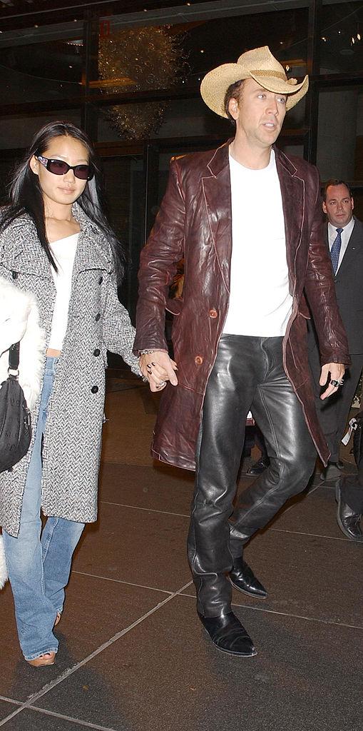 Элис Ким иНиколас Кейдж едут ваэропорт вНью-Йорке, 2004