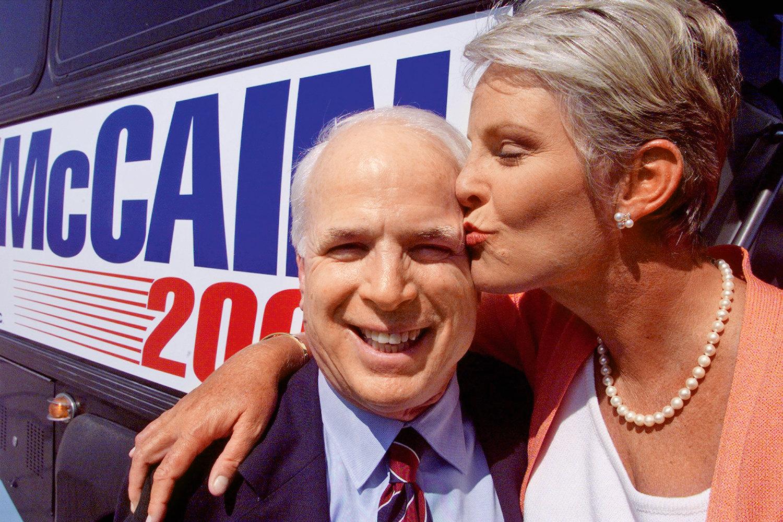 Синди Маккейн целует своего супруга во время предвыборной кампании вГринвилле, Сан-Франциско, 2008 г.