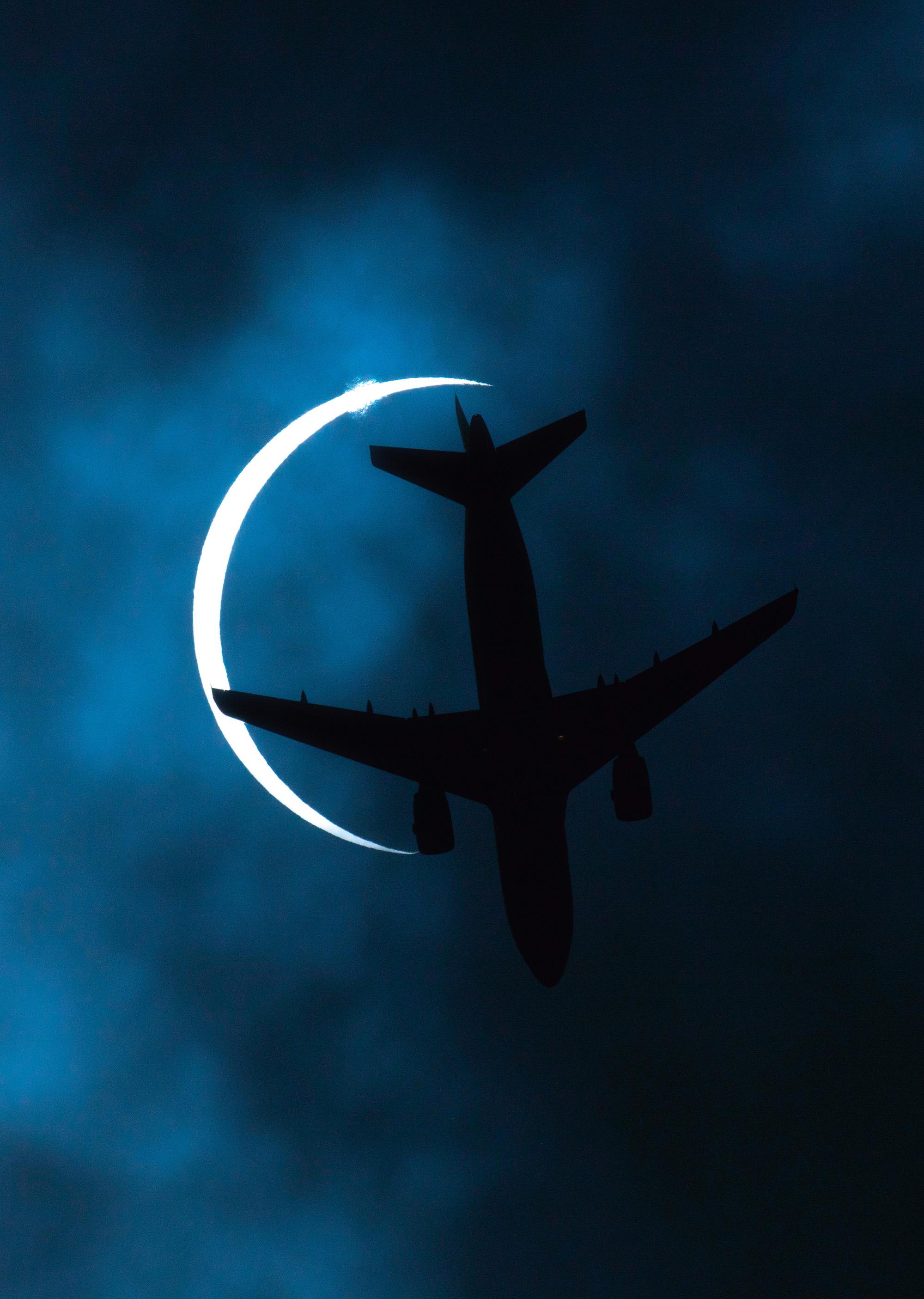 Самолет пролетает внебе надгородом Лхаса, столицей Тибетского автономного района, во время солнечного затмения.