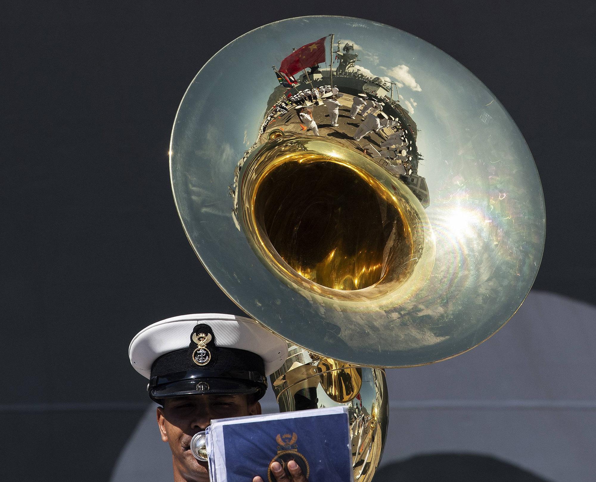 Член военного оркестра Народно-освободительной армии Китая научениях вКейптауне, Южная Африка.