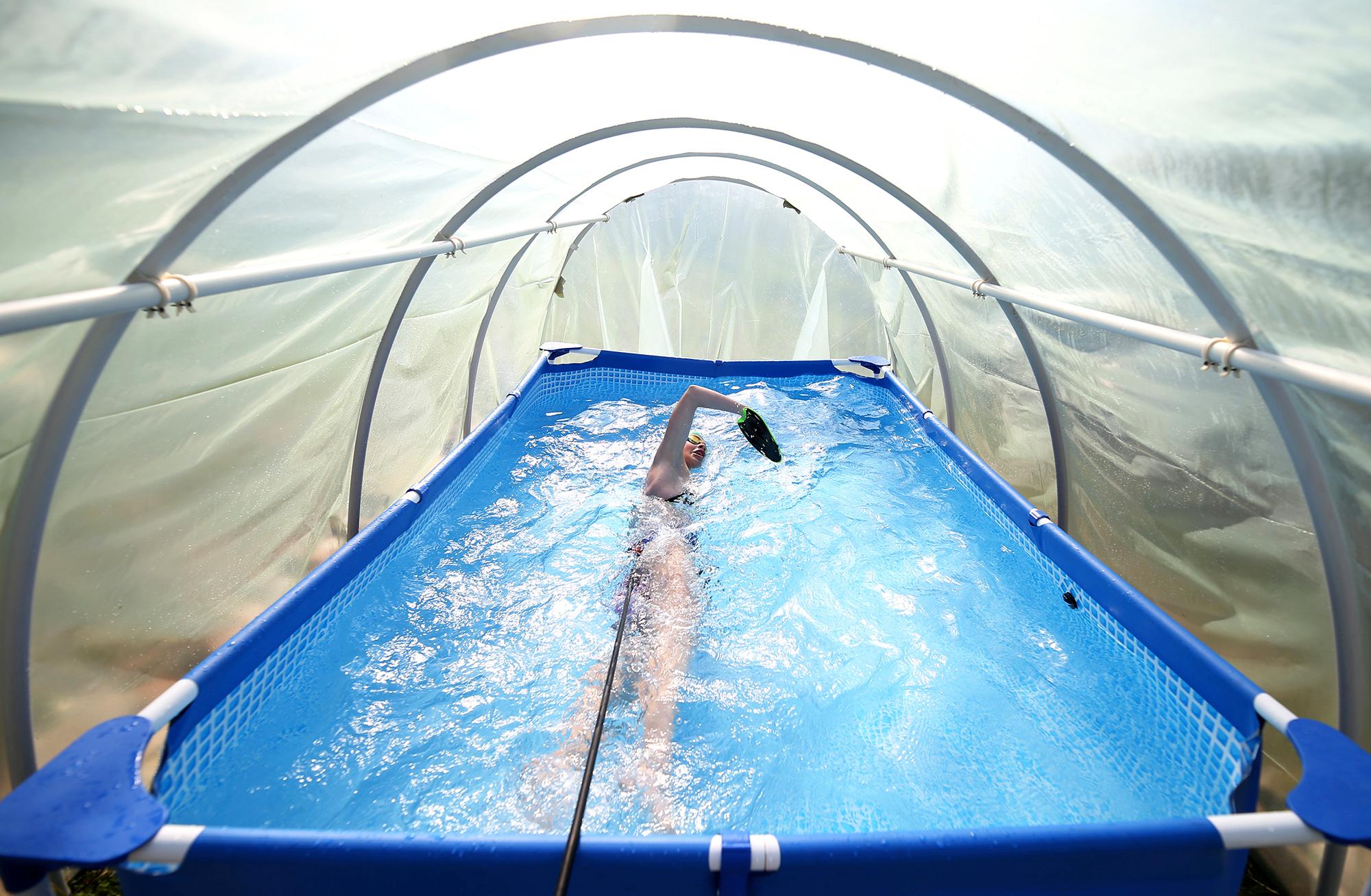 13-летняя чемпионка Боснии иГерцеговины среди юниоров Иман Авдич нашла способ поддерживать форму впериод пандемии: она плавает внебольшом бассейне, установленном втеплице ее дедушки. Спортсменка плавает сверевкой, привязанной кее талии, таким образом имитируя сопротивление. 23 апреля 2020