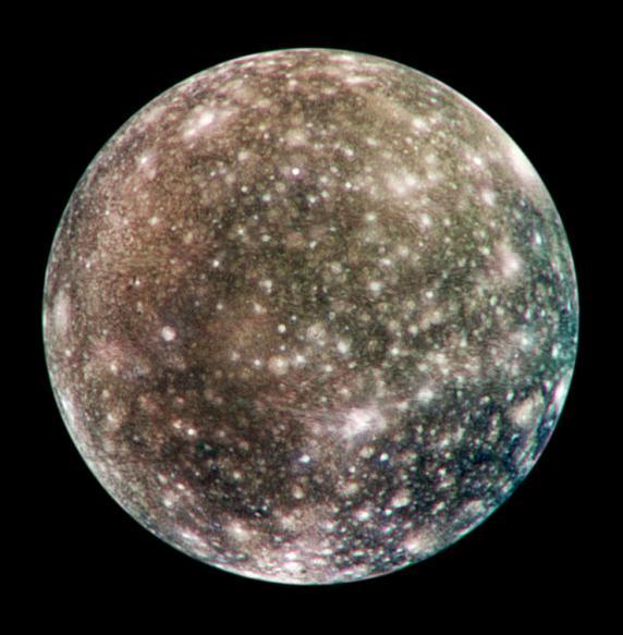 Каллисто, один изспутников Юпитера Поразмеру он равен Меркурию, но куда легче, поэтому гравитация нанем ввосемь раз слабее земной изаметной атмосферы нетВнутри спутника находится водный подповерхностный океан