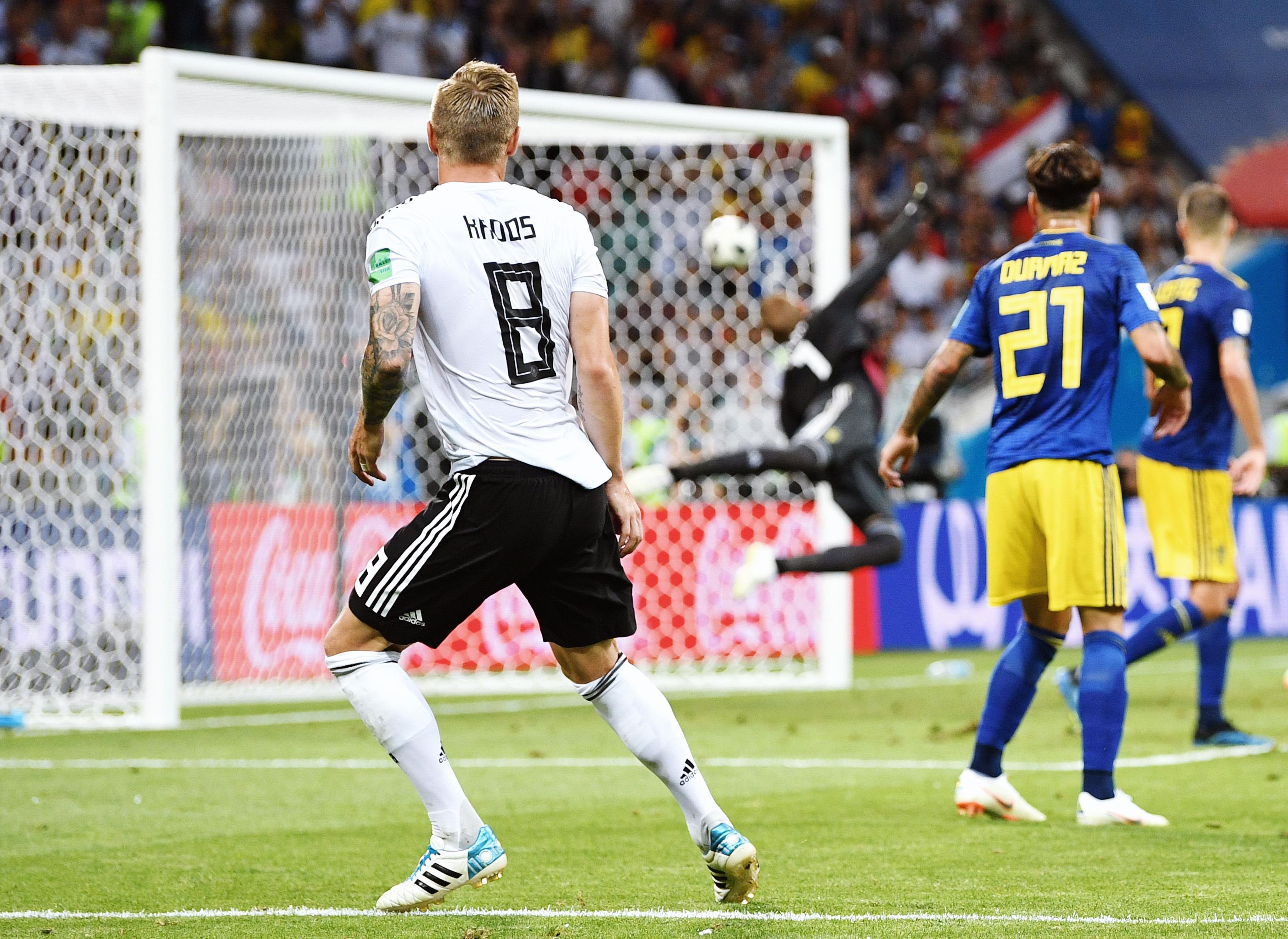 Блестящий гол немца Тони Крооса напятой добавленной минуте вматче со Швецией. Благодаря ему сборной Германии удалось обыграть шведов со счетом 2:1.
