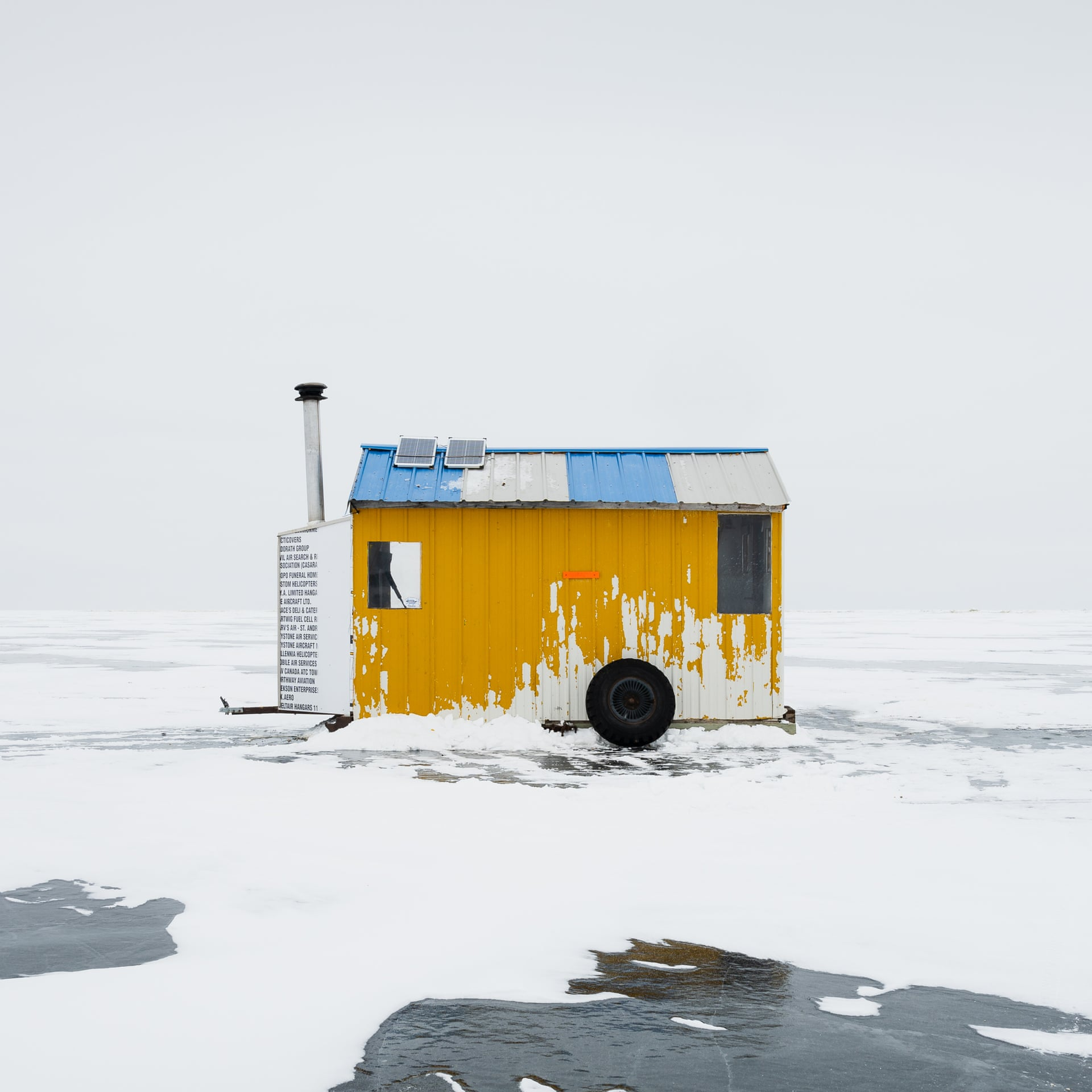 Категория «Архитектура» (Architectire), победитель — Сандра Гербер / Sandra Herber (Канада) сциклом «Подледная рыбалка наозере Виннипег» / Ice Fishing Huts, Lake Winnipeg