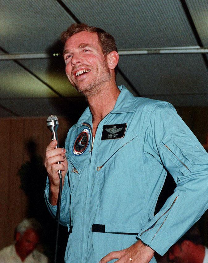 Астронавт Дэйв Скотт, вскоре после возвращения сЛуны. Хорошо видны следы крови подногтями, следствие работы внеудачных перчатках скафандра