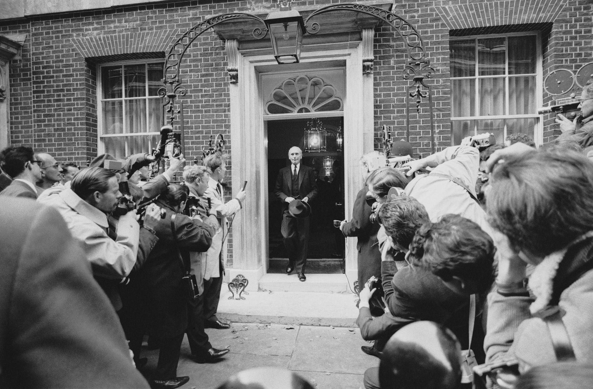 Политик-консерватор Алек Дуглас-Хьюм покидает офис премьер-министра наДаунинг-стрит