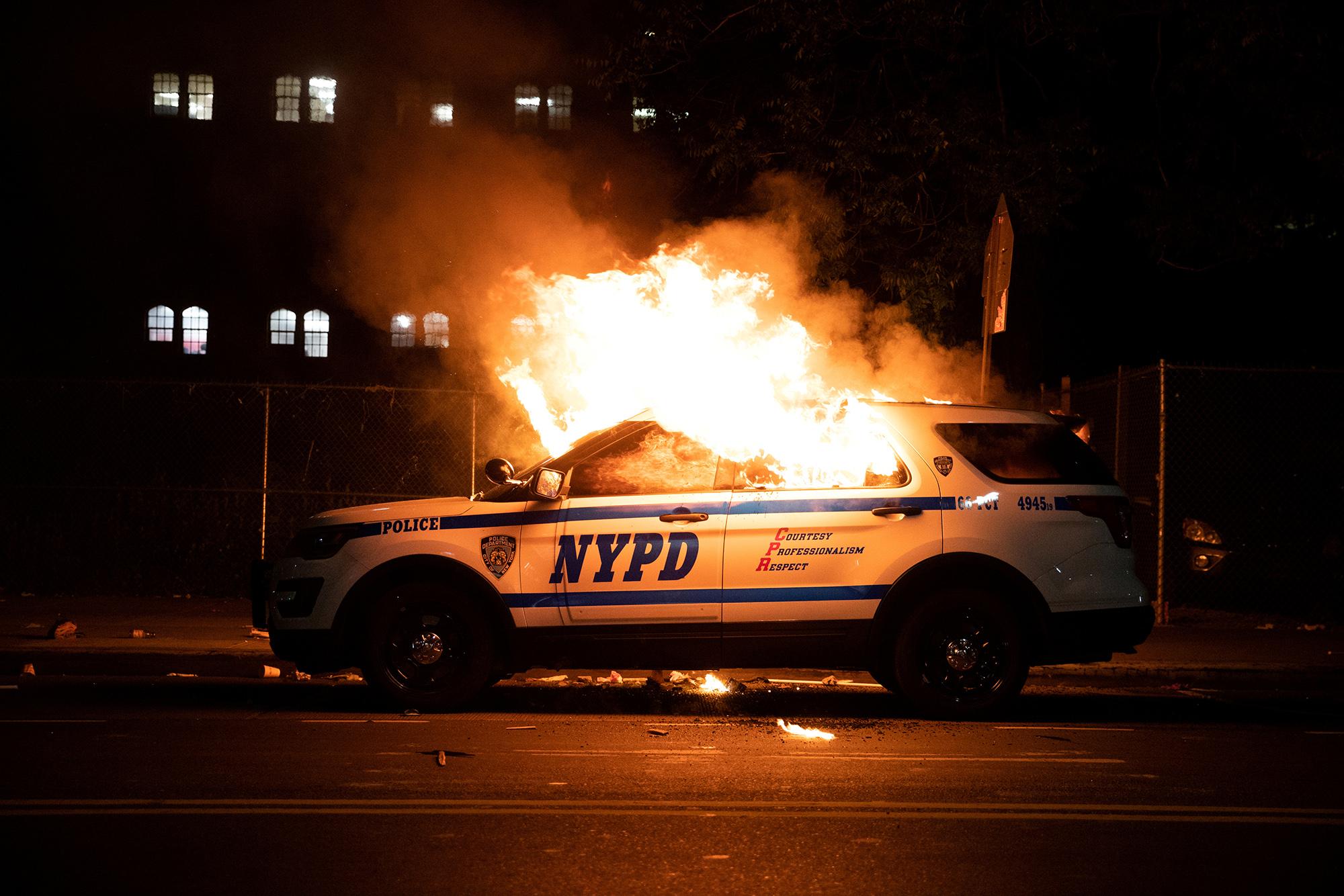 Горящая полицейская машина вНью-Йорке, 30 мая.