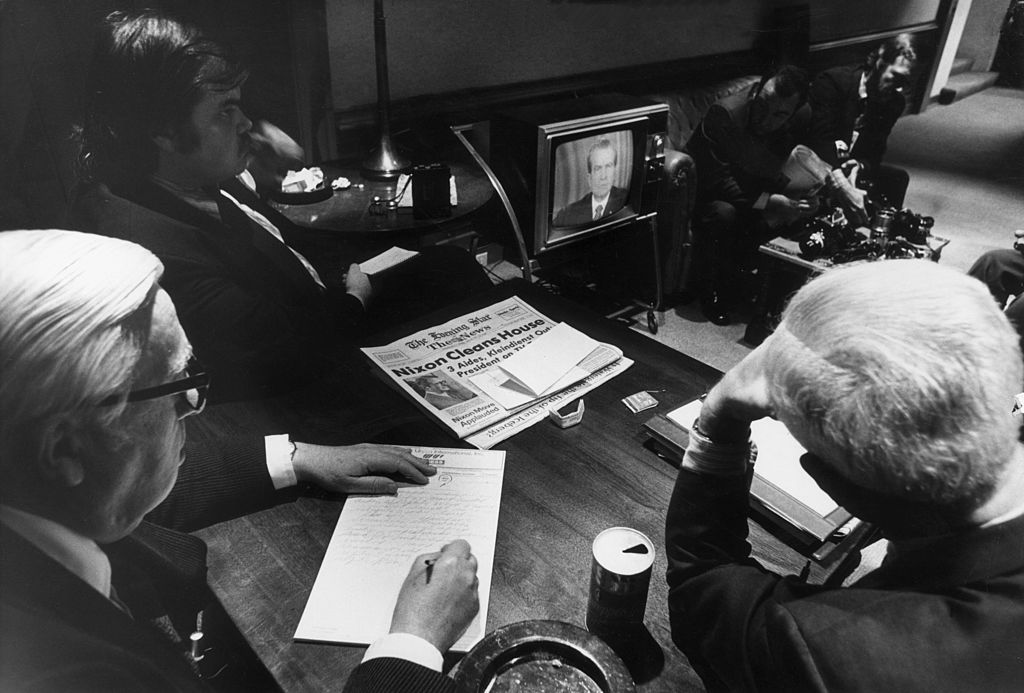 30 апреля 1973 года. Репортеры Белого дома смотрят выступление президента Ричарда Никсона, когда он рассказывал народу опричастности Белого дома кскандалу сУотергейтом вВашингтоне, округ Колумбия
