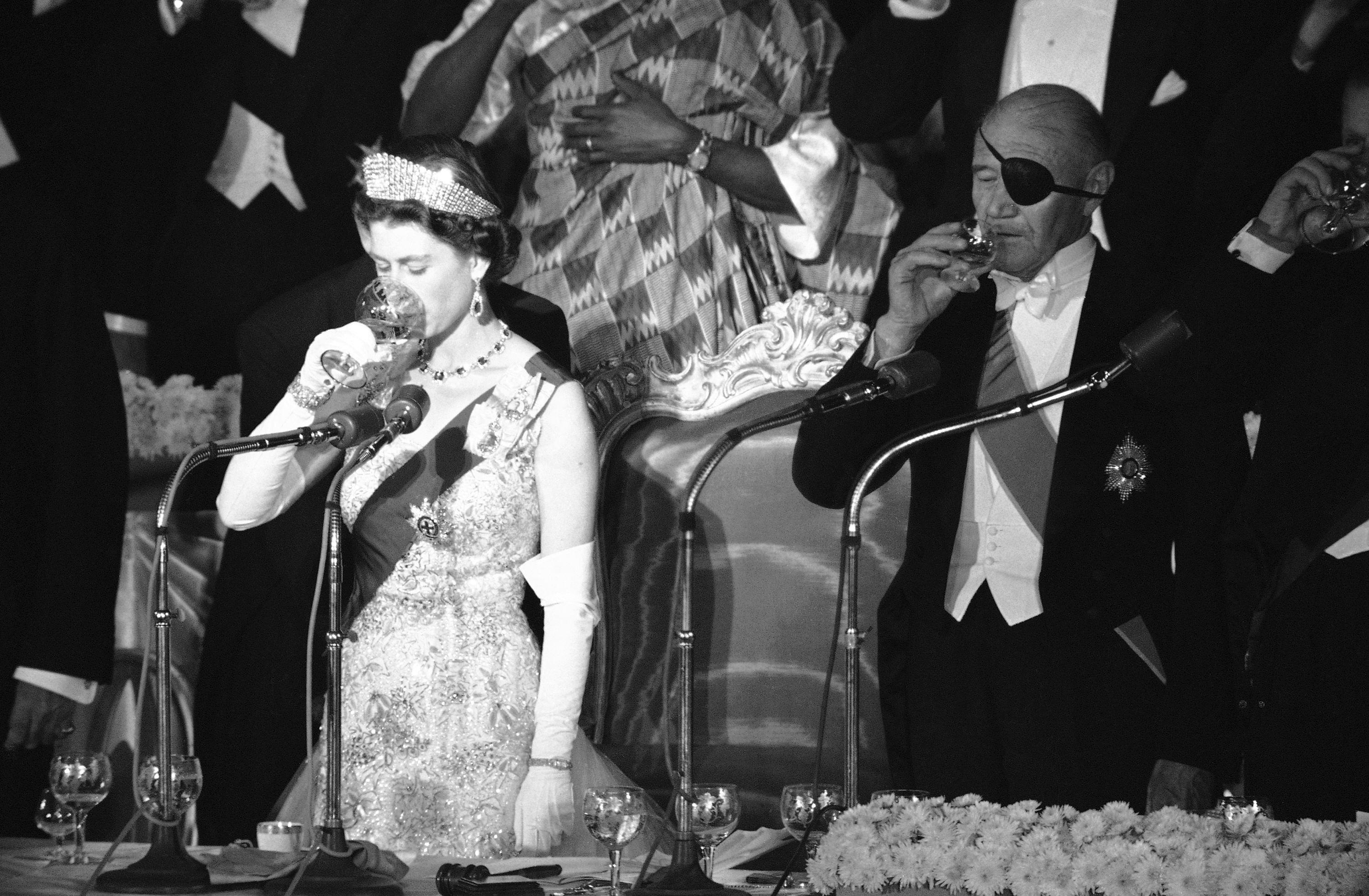 Льюис Дуглас наприеме укоролевы Елизаветы II, 1957
