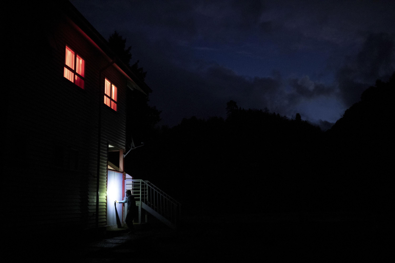 58-летний учитель Хавьер де ла Барра Казанова носит дрова дляотопления школы школе Джона Ф. Кеннеди вдеревне Сотомо, недалеко отгорода Кочамо, регион Лос-Лагос, Чили, 6 августа 2021 года.