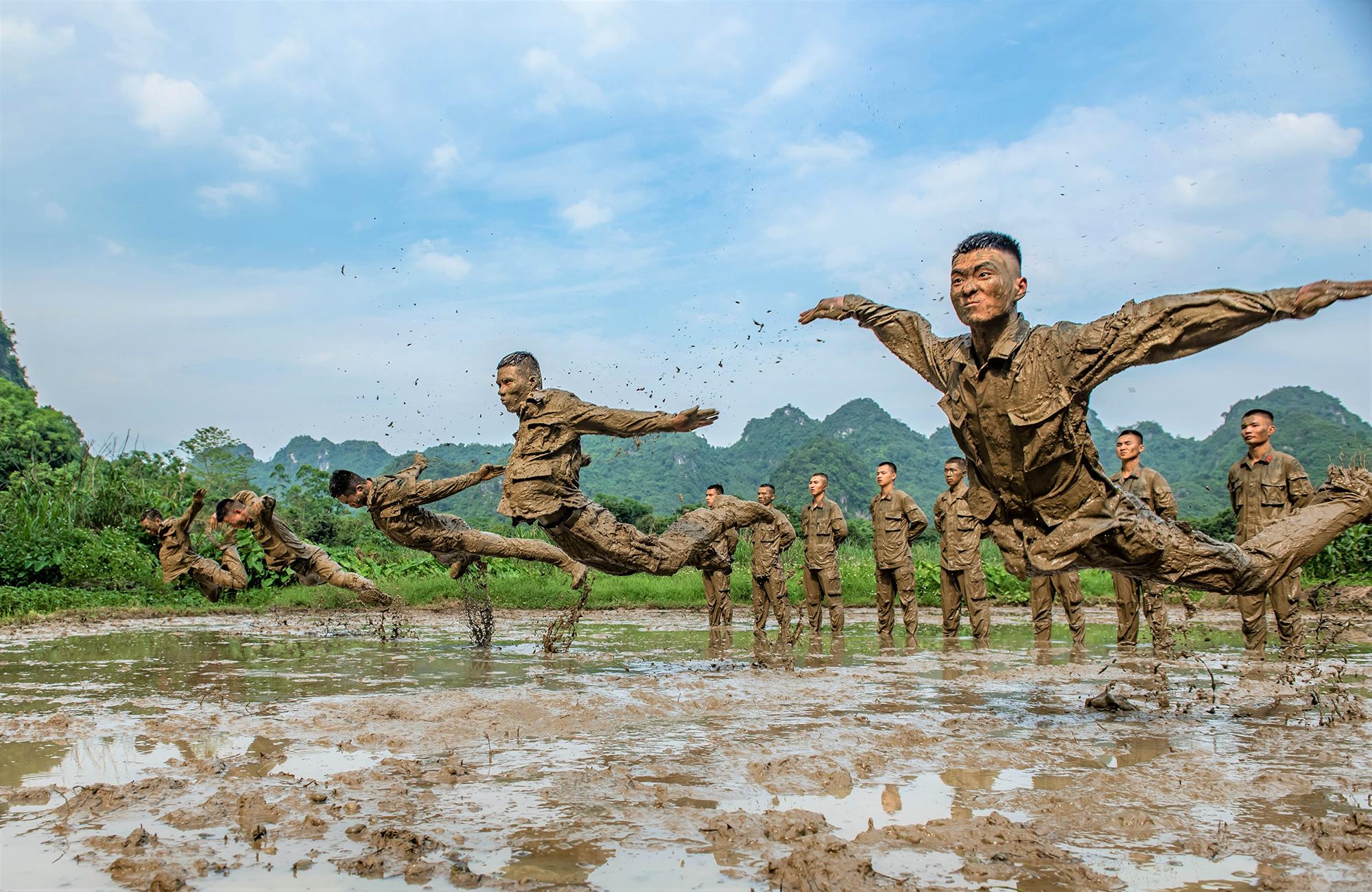 Офицеры исолдаты проводят тренировки вэкстремальных условиях, Чунцзо, Китай, 6 мая.