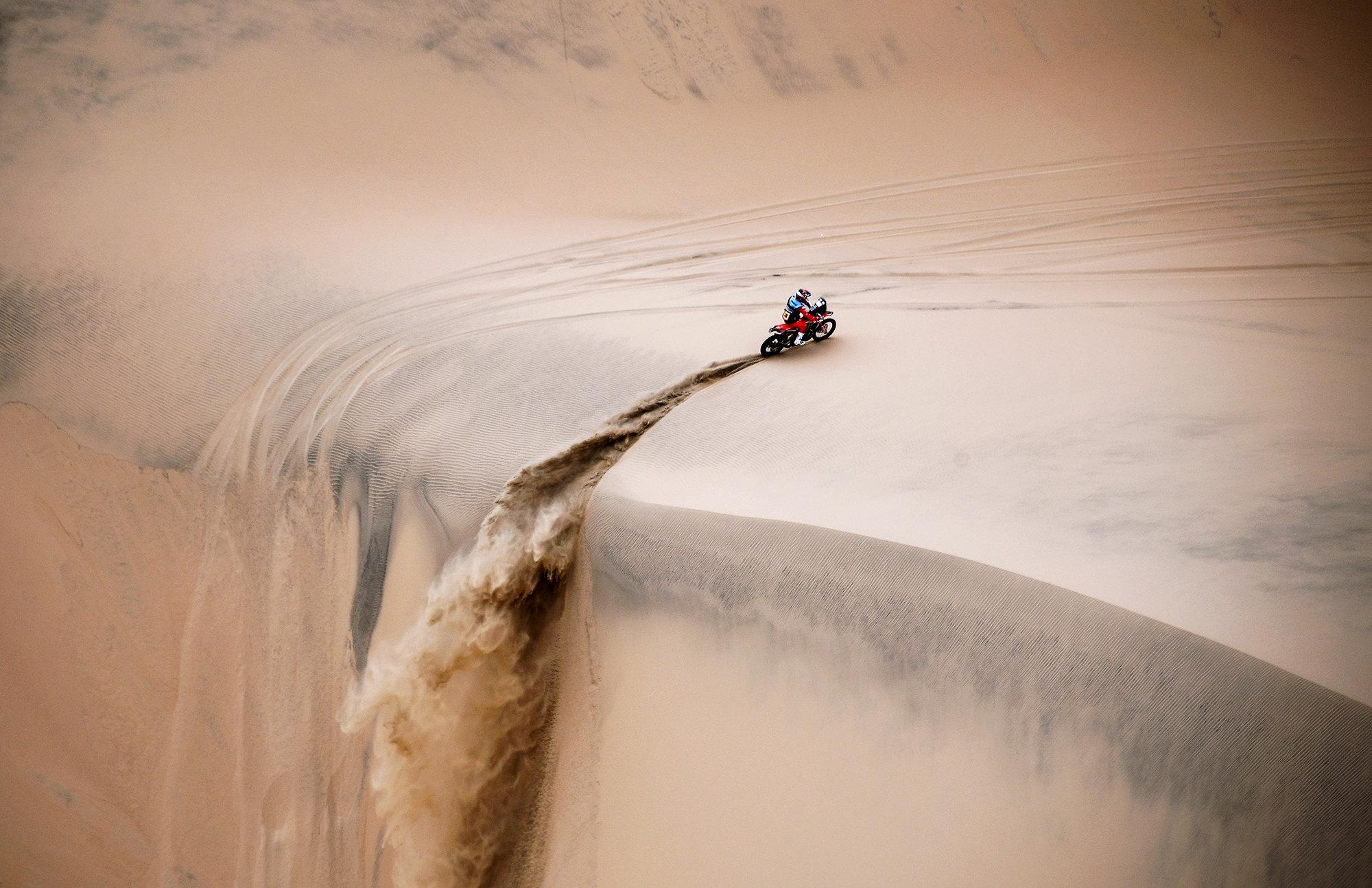 2019 году ралли «Дакар» длится с6 по17 января. Вэтих трансконтинентальных гонках участвуют как профессионалы, так илюбители, а помимо раллийных автомобилей вних есть зачеты среди мотоциклов, квадроциклов, мотовездеходов игрузовиков. Нафото мотоциклист Хосе Игнасио Флоримо Корнейо пытается справиться спесками пустыни вПеру, где проходит часть трассы ралли вэтом году, 15 января 2019