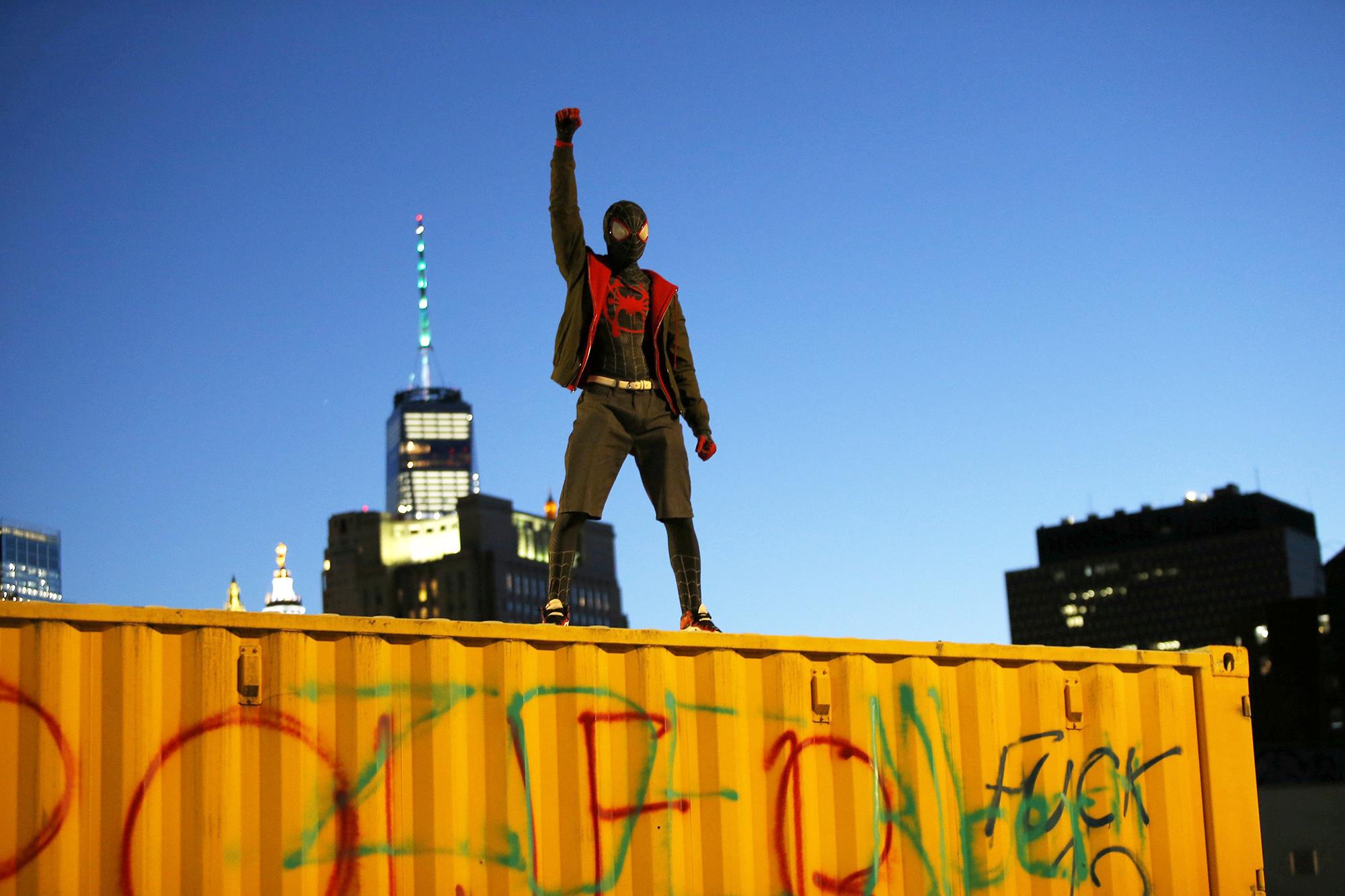 Молодой человек вкостюме Венома вБруклине, 31 мая