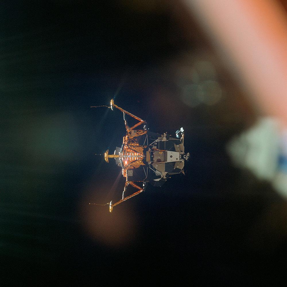 Посадочный модуль «Орел» сАрмстрогном иОлдрином сразу после расстыковки с«Колумбией». Хорошо видны «ноги», посадочные опоры модуля, которые должны были коснуться лунной поверхности одновременно.