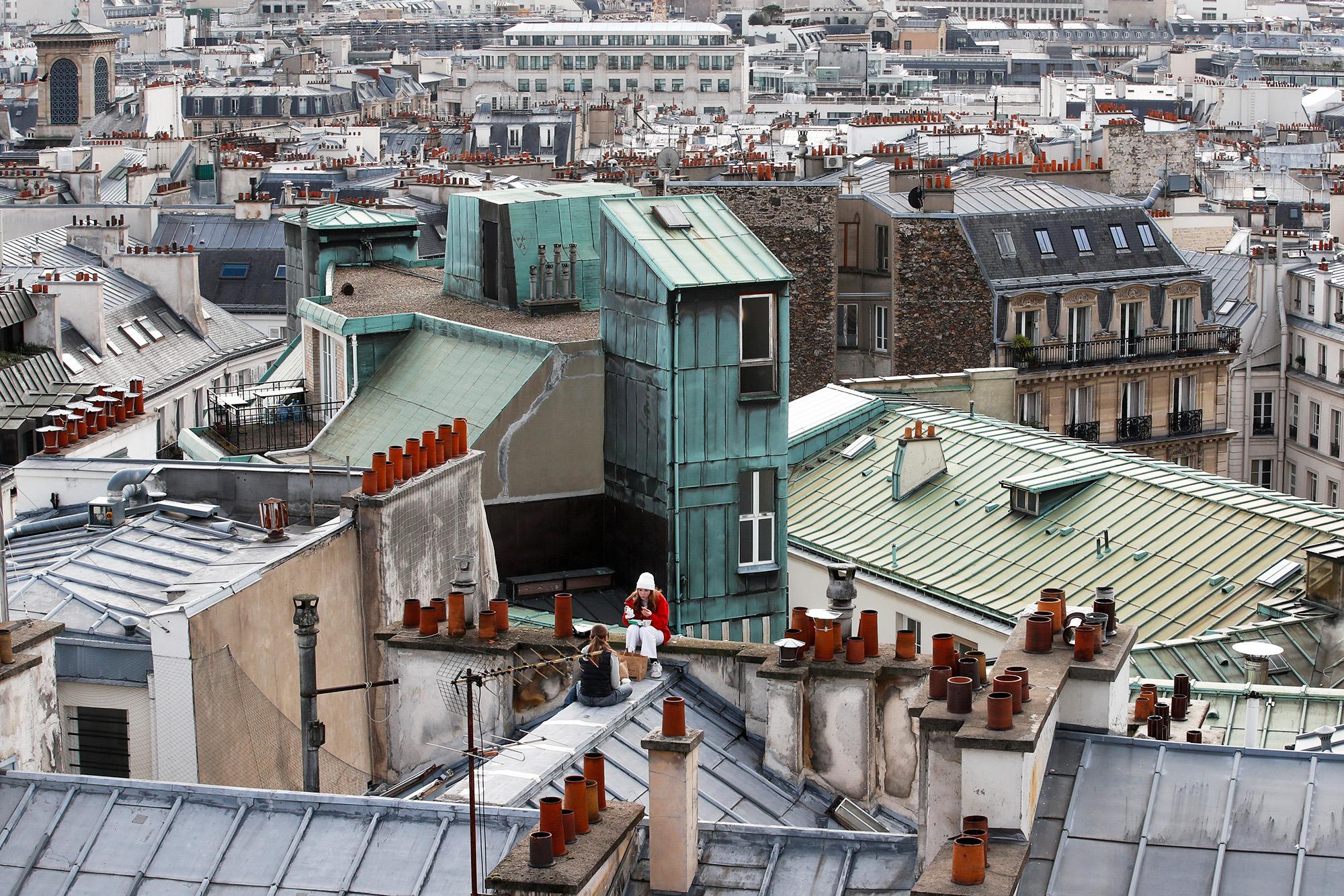 Пикник накрыше жилого дома вПариже, Франция.
