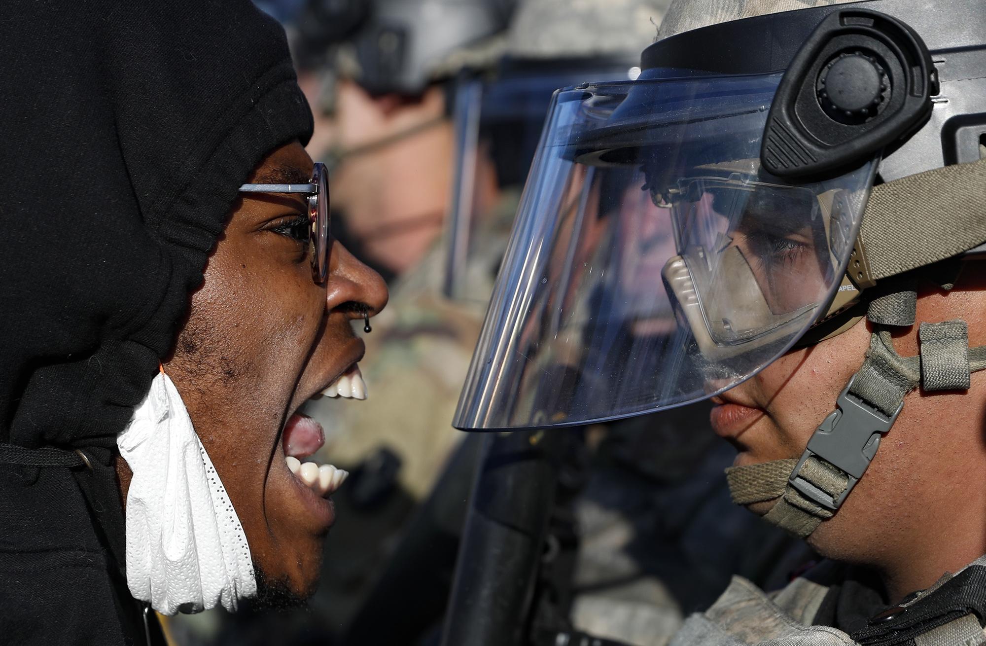 Протестующий ибоец Национальной гвардии вгороде Сент-Пол, штат Миннесота, 29 мая