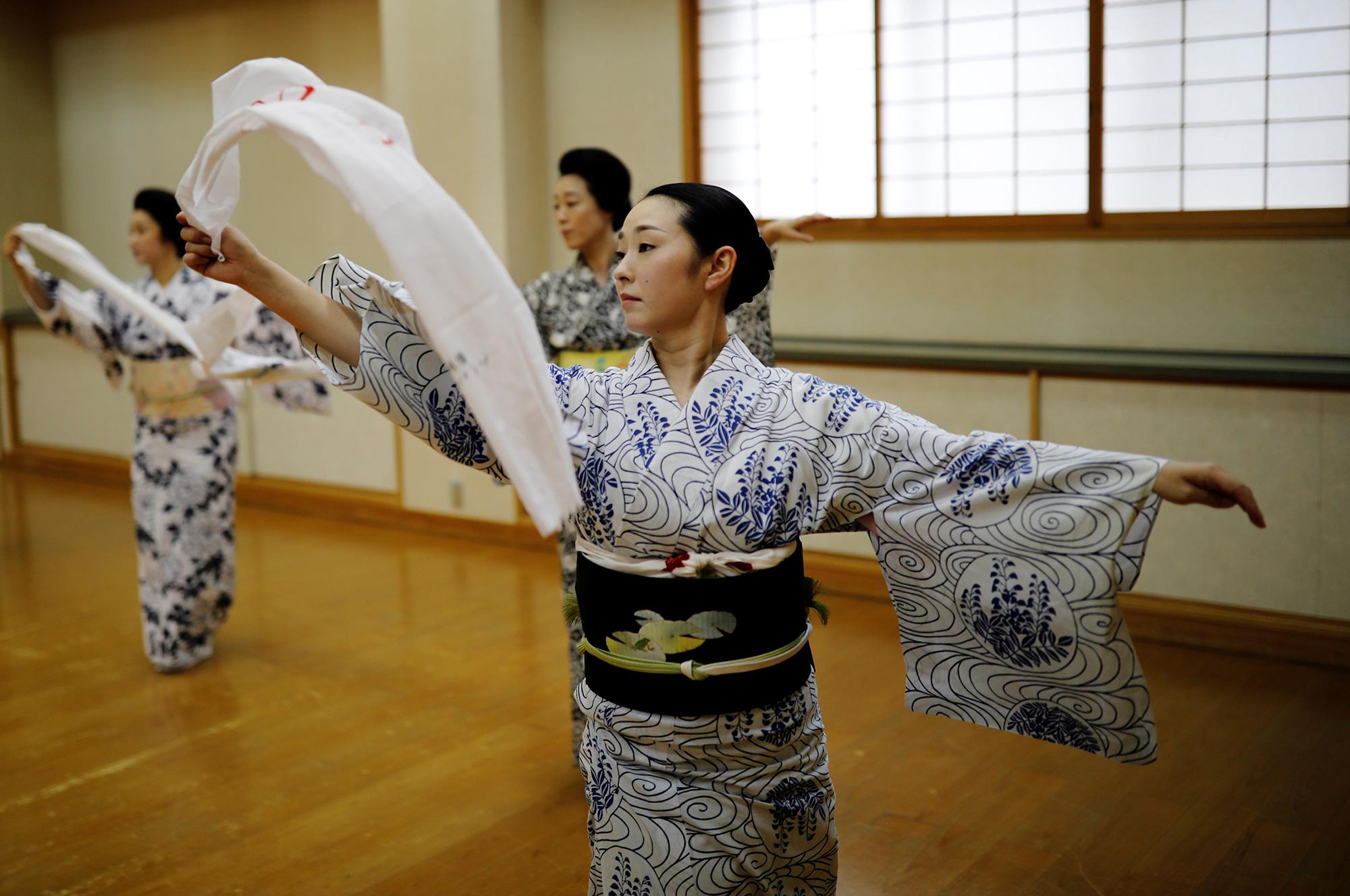 Гейши Маю, Маки иКоику репетируют традиционный танец гейш. «Мы все время так заняты. Мы так много тренируемся, что почти неспим, но это лучше, чем ничего неделать. Когда утебя слишком много времени, ты становишься ленивым».