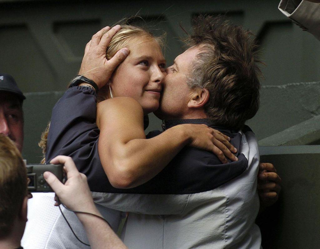 Мария Шарапова со своим отцом Юрием сразу после победы наУимблдоне 3 марта 2004 года.