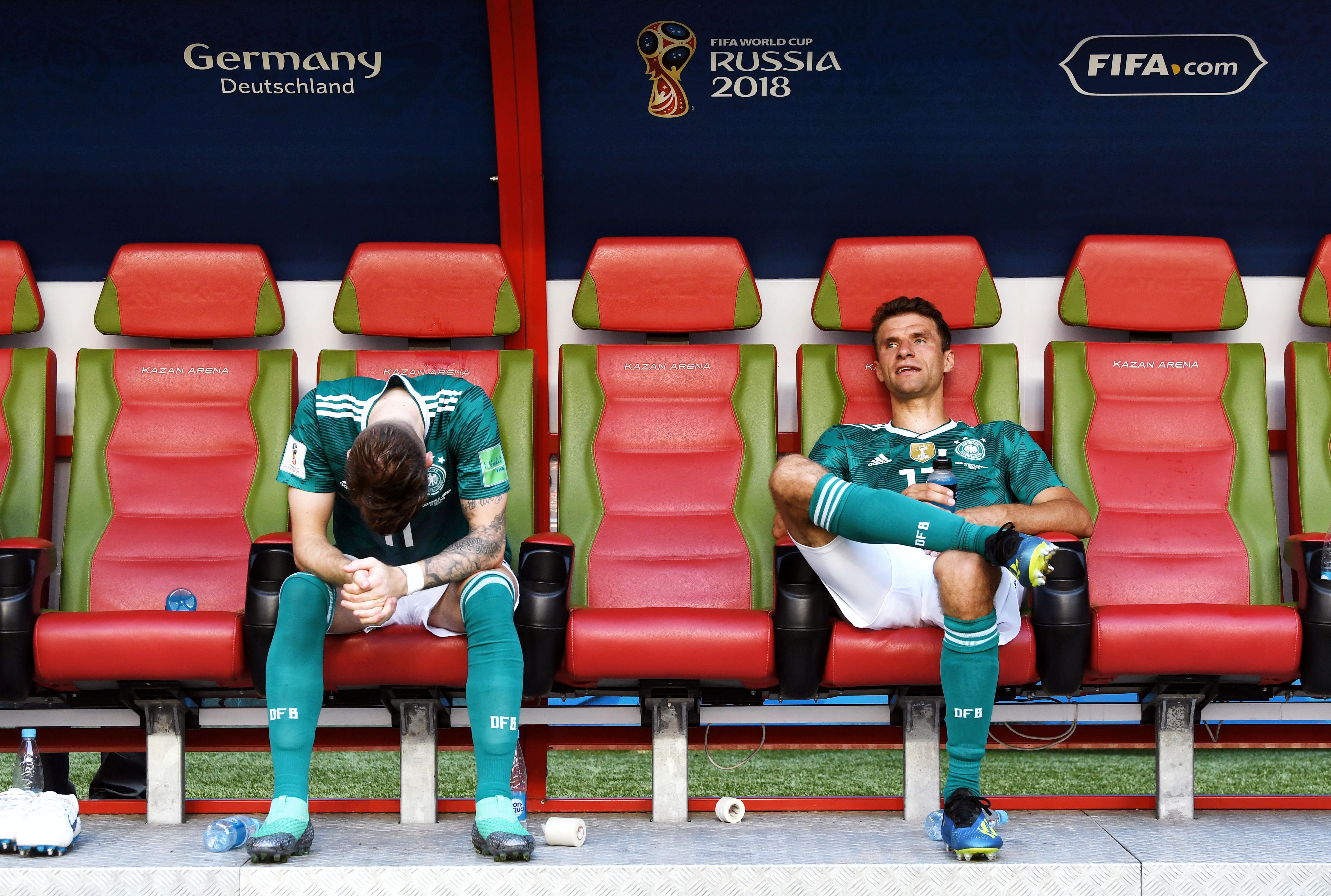 Марко Ройс иТомас Мюллер после сенсационного поражения вматче сЮжной Кореей. Германия покинула турнир, впервые вистории невыйдя вплей-офф, идосрочно сложила ссебя полномочия чемпиона мира.