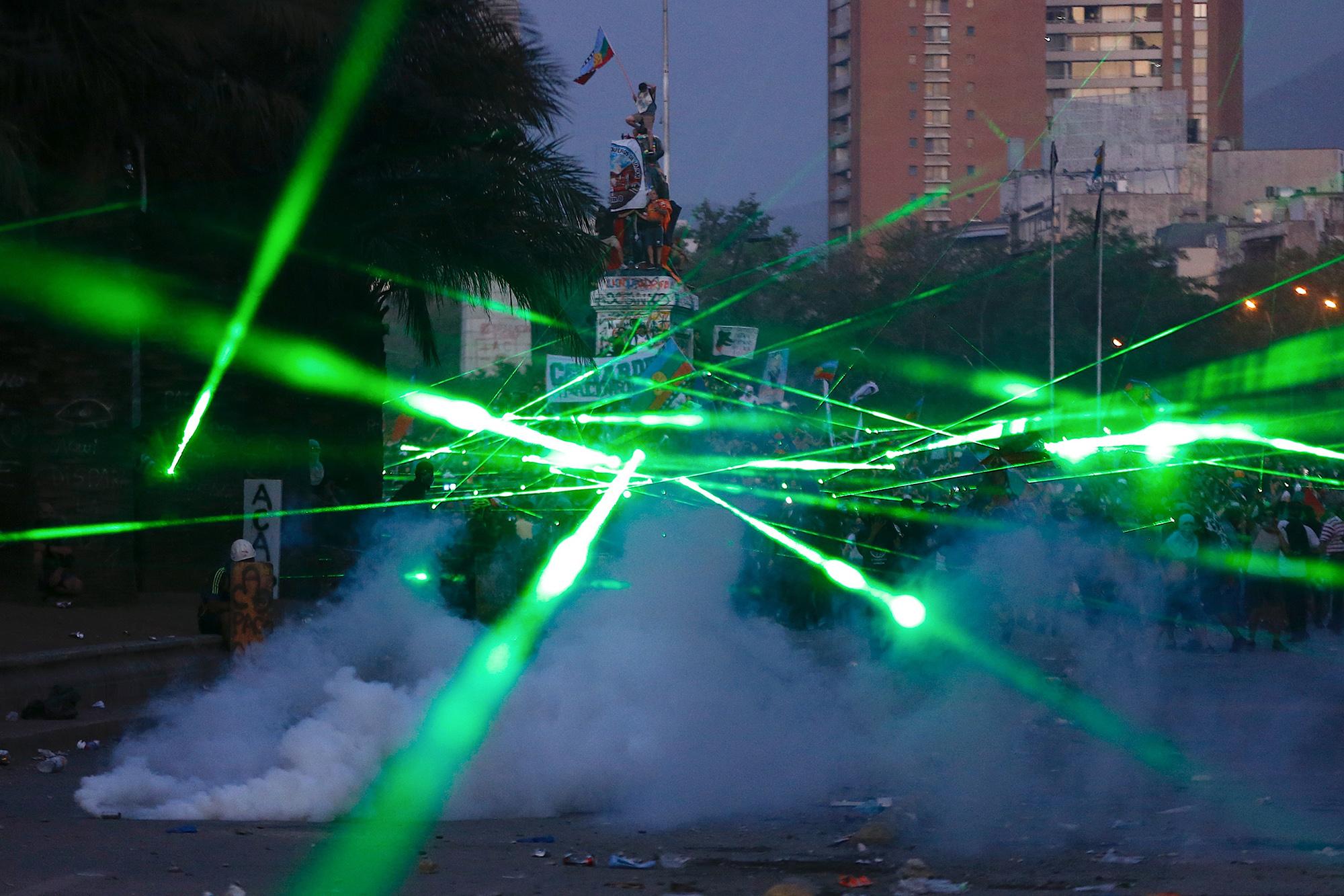 Участники антиправительственных митингов вЧили во время акций стали использовать лазеры