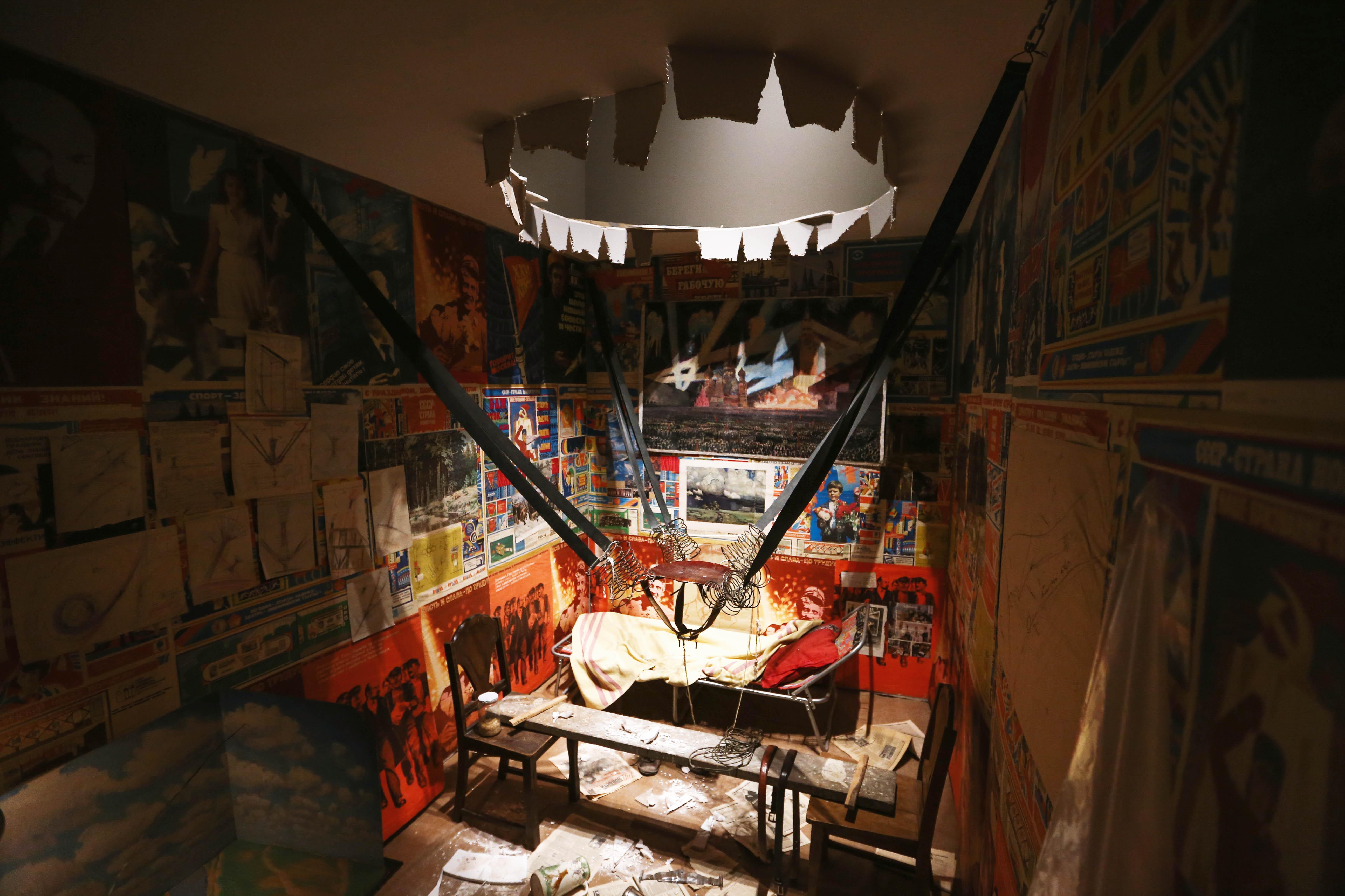 Инсталляция «Человек, который улетел изсвоей комнаты вкосмос» навыставке вЭрмитаже, 2017 год.
