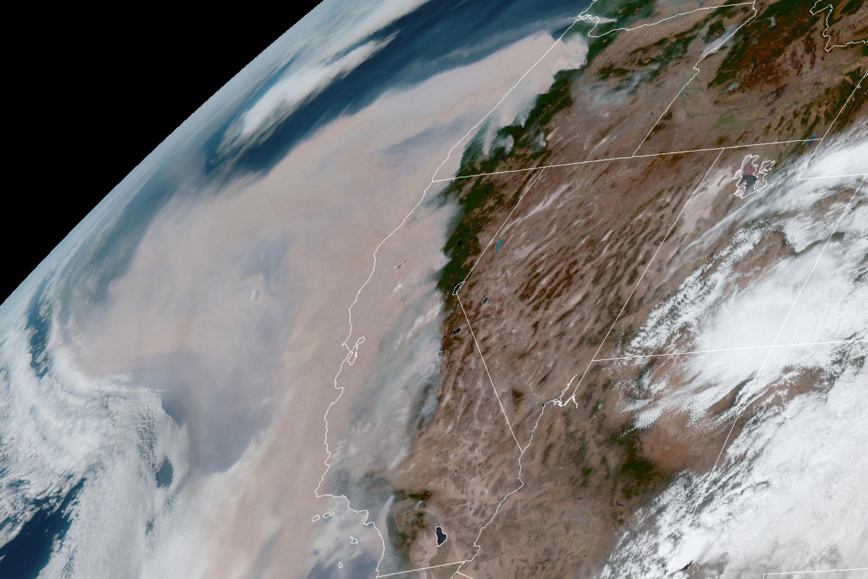 Спутниковый снимок, накотором виден коричневый дым отлесных пожаров