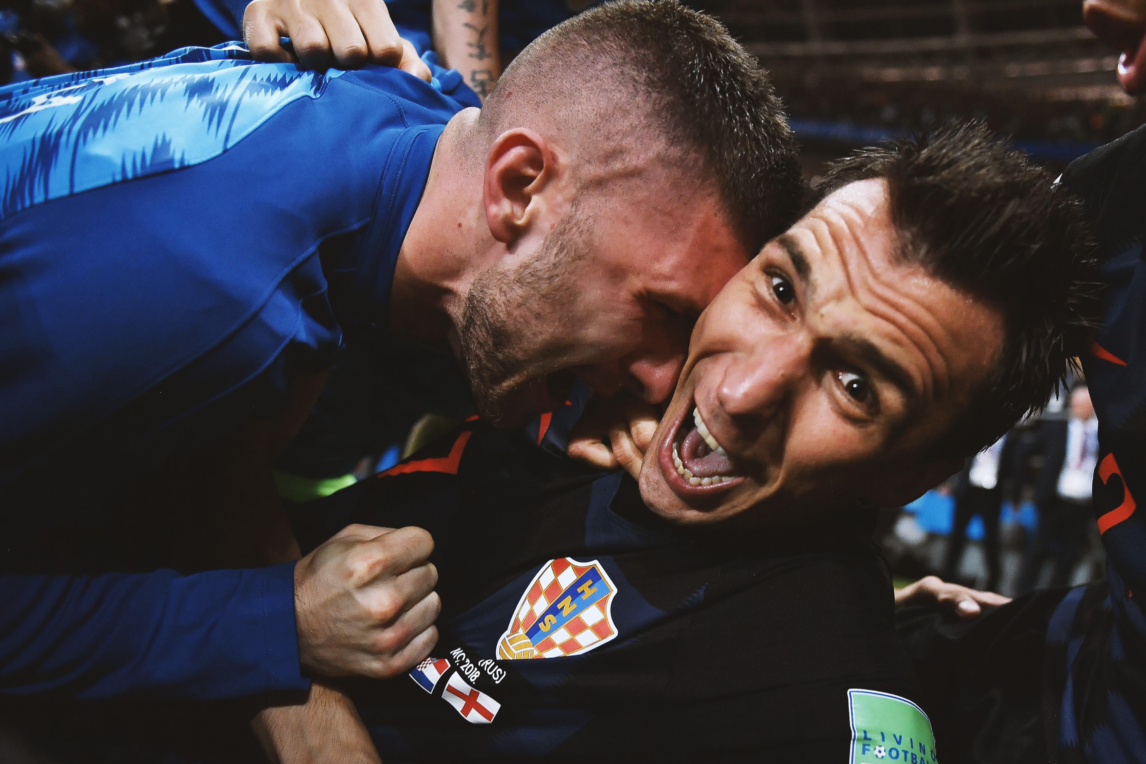 Празднование гола Манджукича вворота англичан продолжилось запределами поля. Счастливые хорваты сбили сног фотографа изСальвадора Юри Кортеса — тот, впрочем, нерастерялся ипродолжил снимать футболистов.