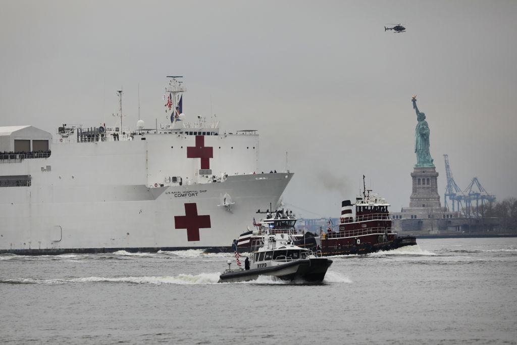 Плавучий госпиталь движется поГудзону вНью-Йорк нафоне Статуи Свободы, 30 марта 2020