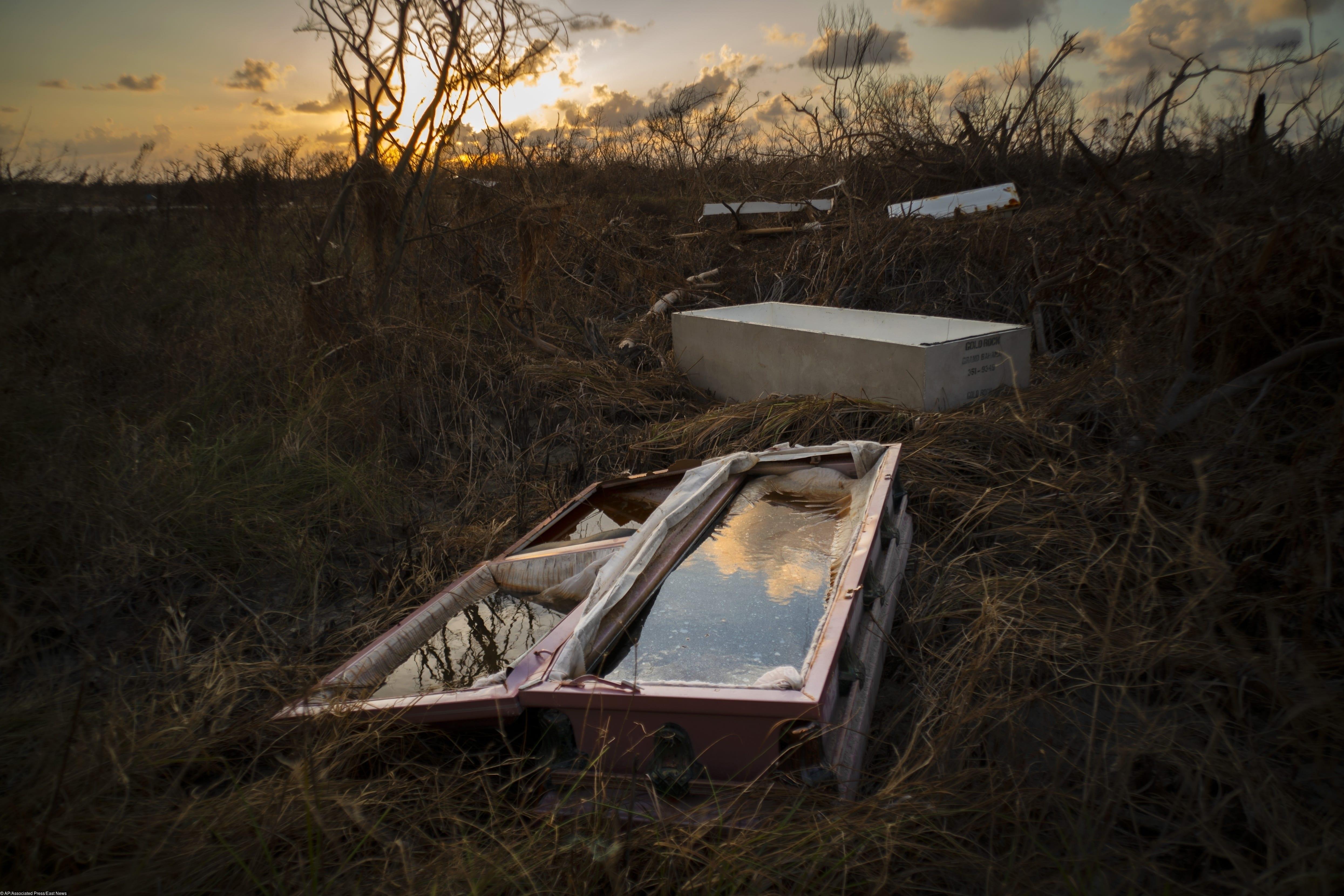 Разбитый, заполненный водой гроб лежит наповерхности после урагана «Дориан» накладбище вгороде Маклин, Гранд-Багама, Багамские острова.