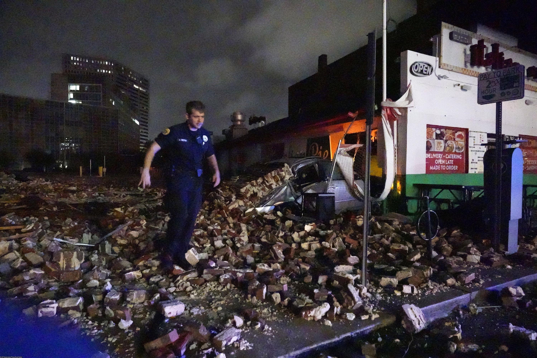 Детектив Александр Райтер ходит между обломками здания, разрушенного