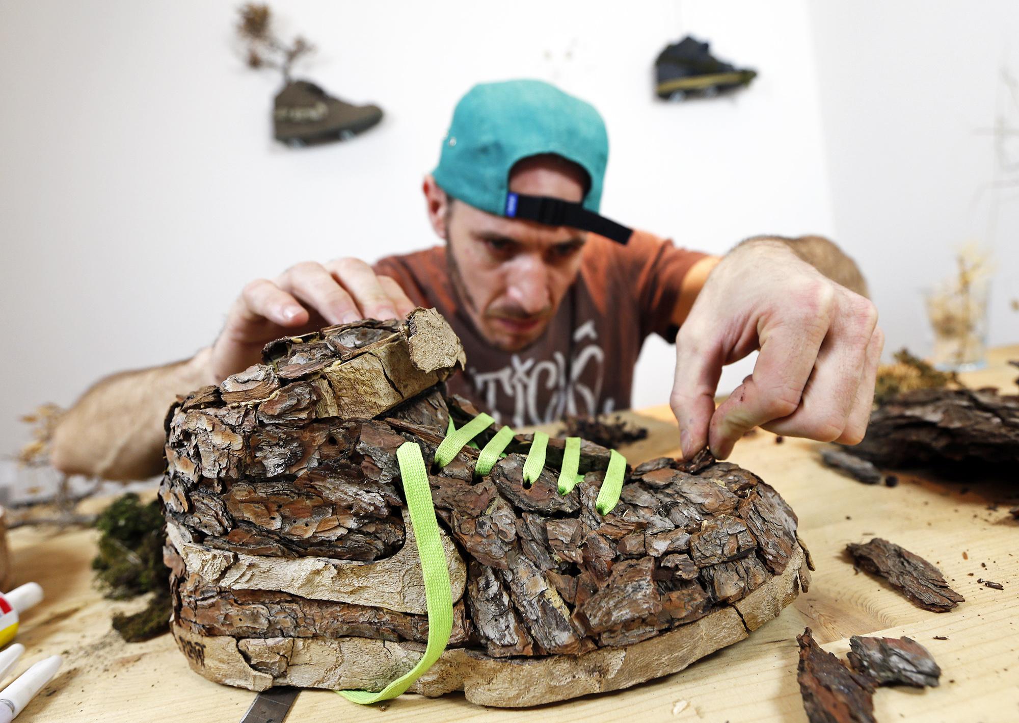 Художник Кристоф Гине работает надконцептуальной моделью Nike из