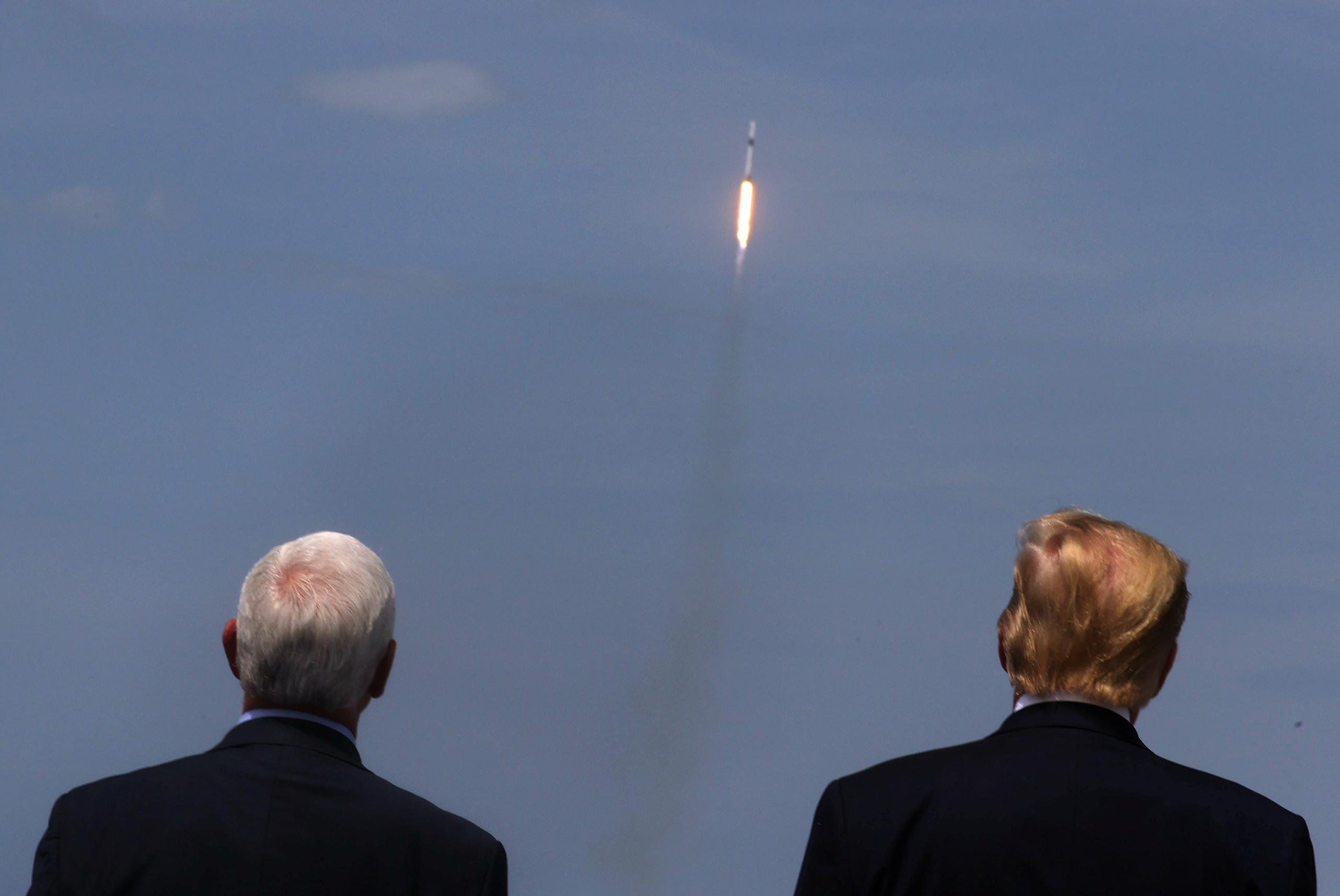 Президент США Дональд Трамп ивице-президент Майк Пенс наблюдают зазапуском ракеты Falcon 9