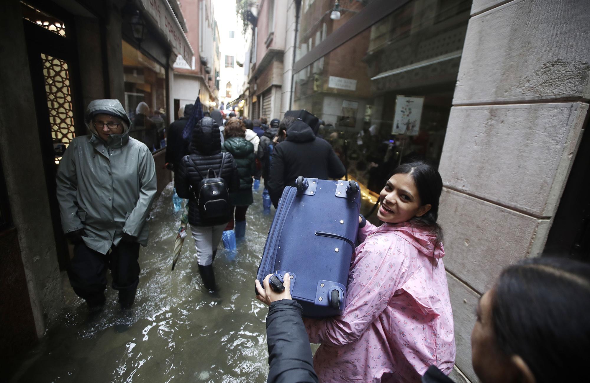 Туристы гуляют позатопленному историческому центру