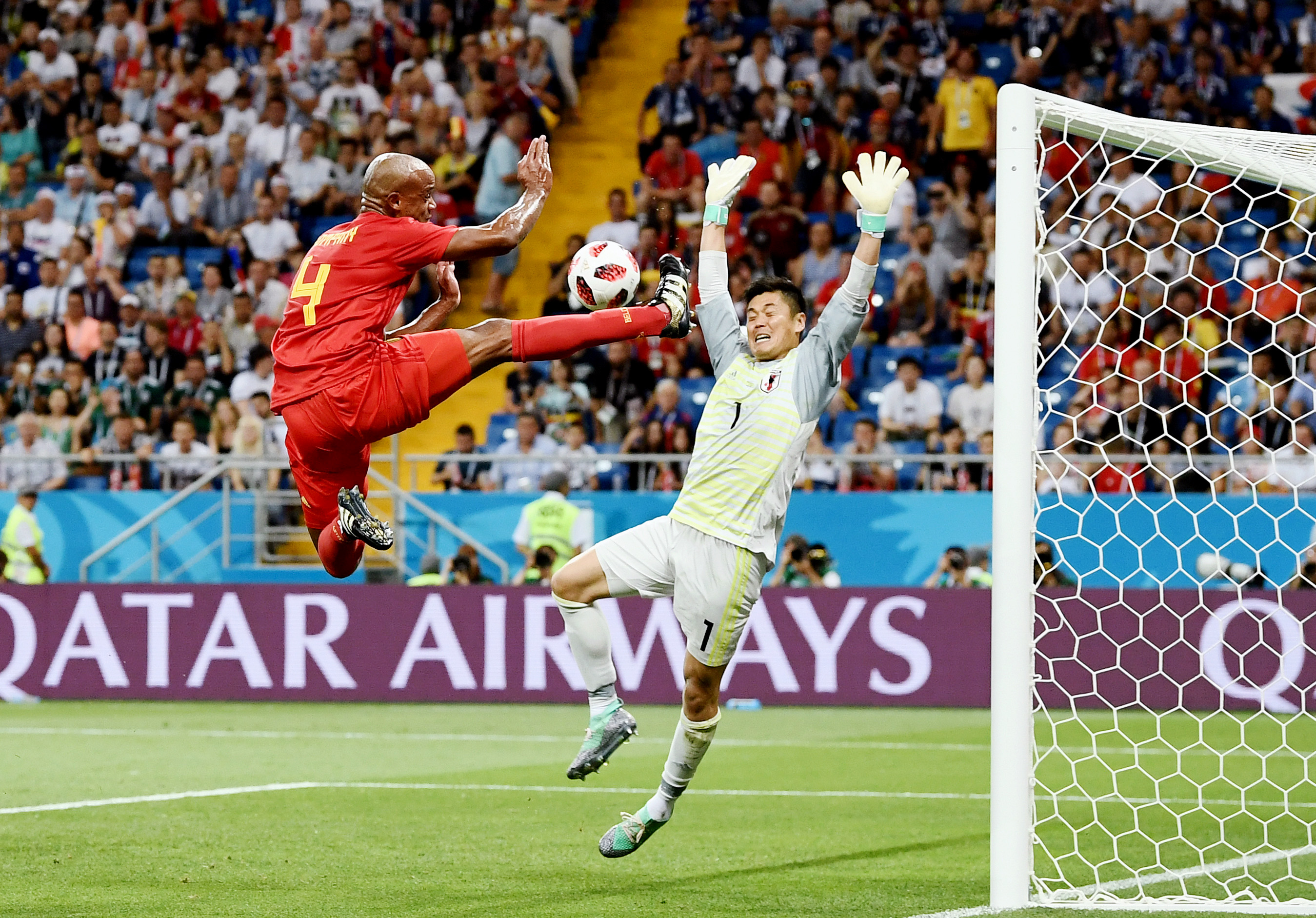 Борьба бельгийца Венсана Компани ивратаря сборной Японии Эйдзи Кавасима вматче 1/8 финала (3:2 впользу Бельгии).
