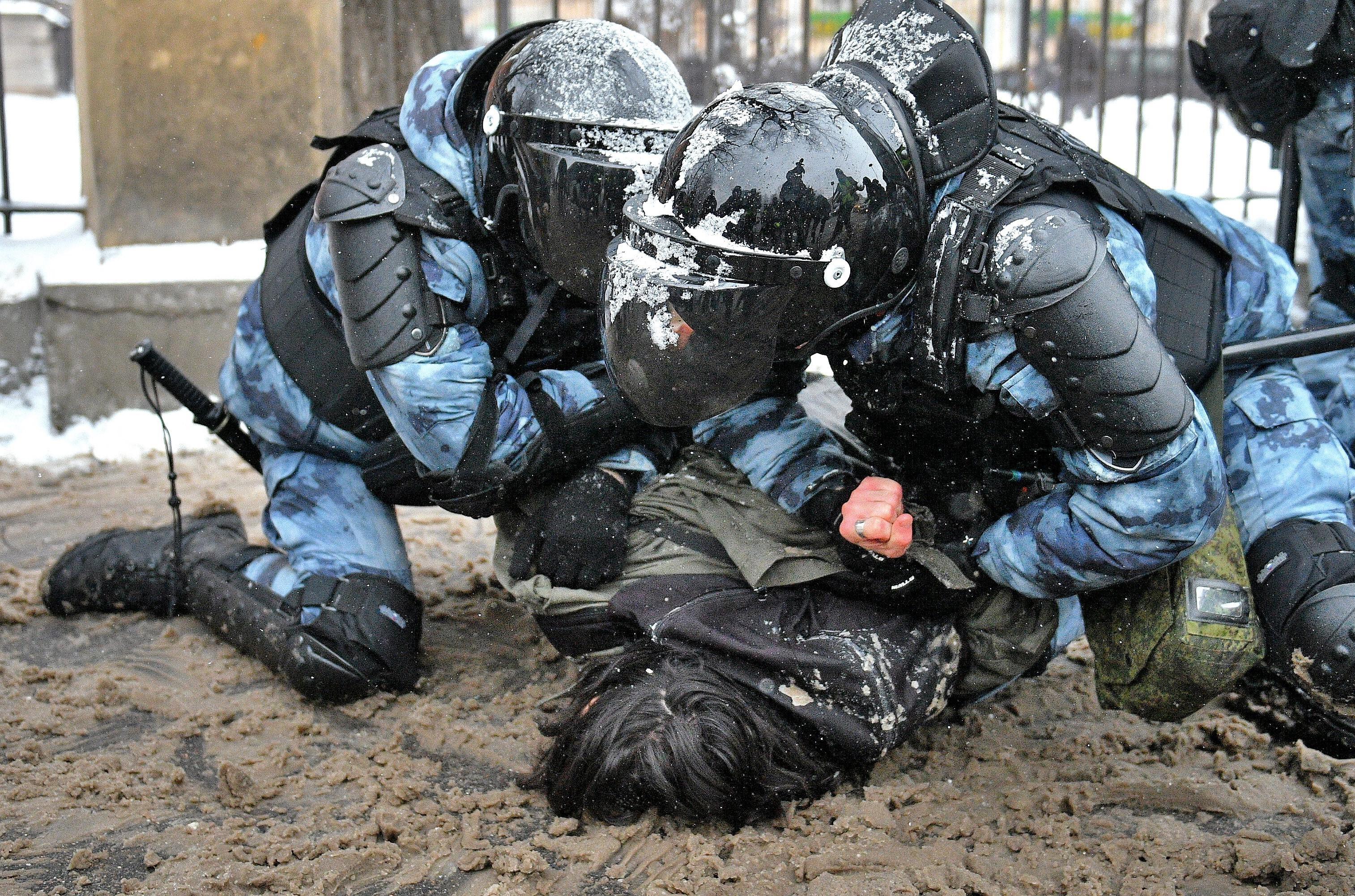 Несогласованная акция вподдержку оппозиционера Алексея Навального вМоскве. Задержание участников акции вцентре города.