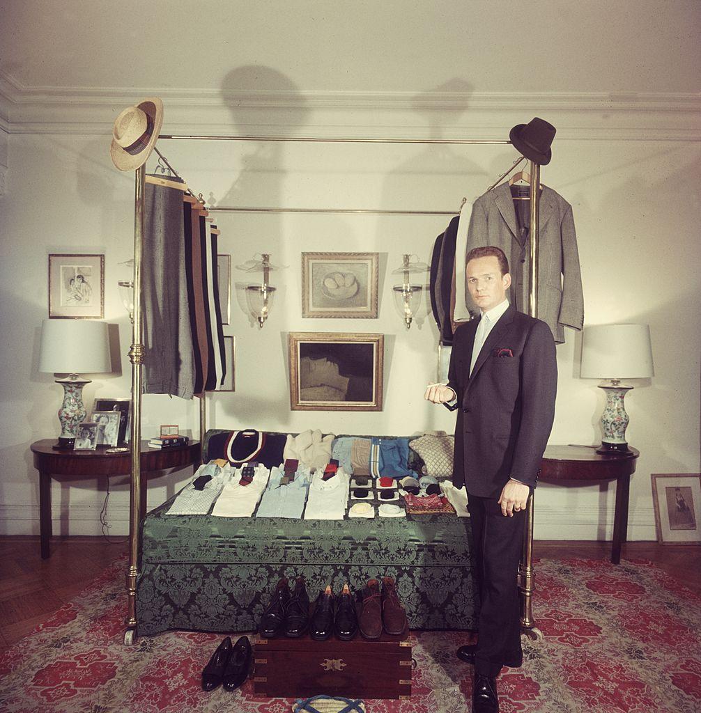 Патрик О'Хиггинс, бывший капитан британской пехоты, позирует нафоне своего полностью укомплектованного всесезонного гардероба всвоей нью-йоркской квартире, 1960 год