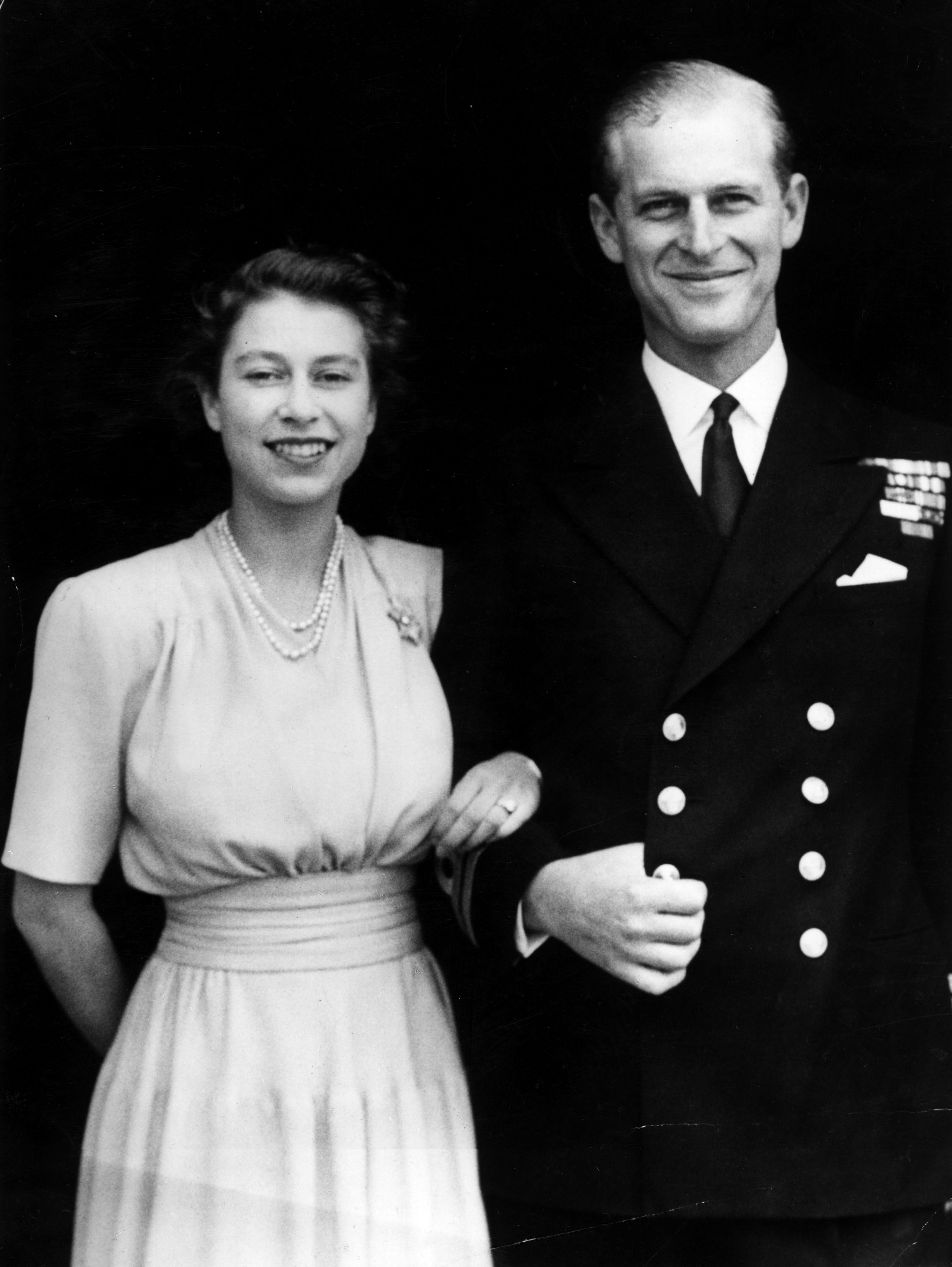 10th July 1947: The first official picture after the announcement of the engagement of Princess Elizabeth and Lieutenant Philip Mountbatten, the former Prince Philip of Greece, at Buckingham Palace. The princess is wearing her enagement ring for the first time.Кредит:Hulton Archive/Getty Images