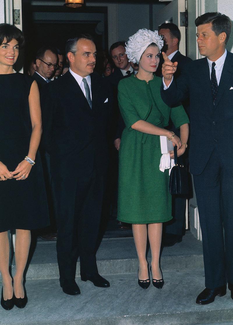 Грейс Келли вкостюме Givenchy навстрече самериканской президентской четой вБелом Доме, 1961